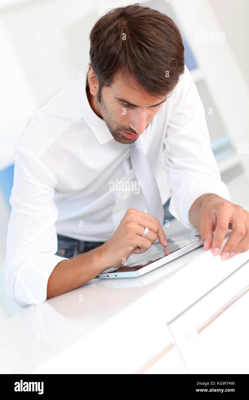 Employée de bureau à l'aide de tablette électronique Photo Stock