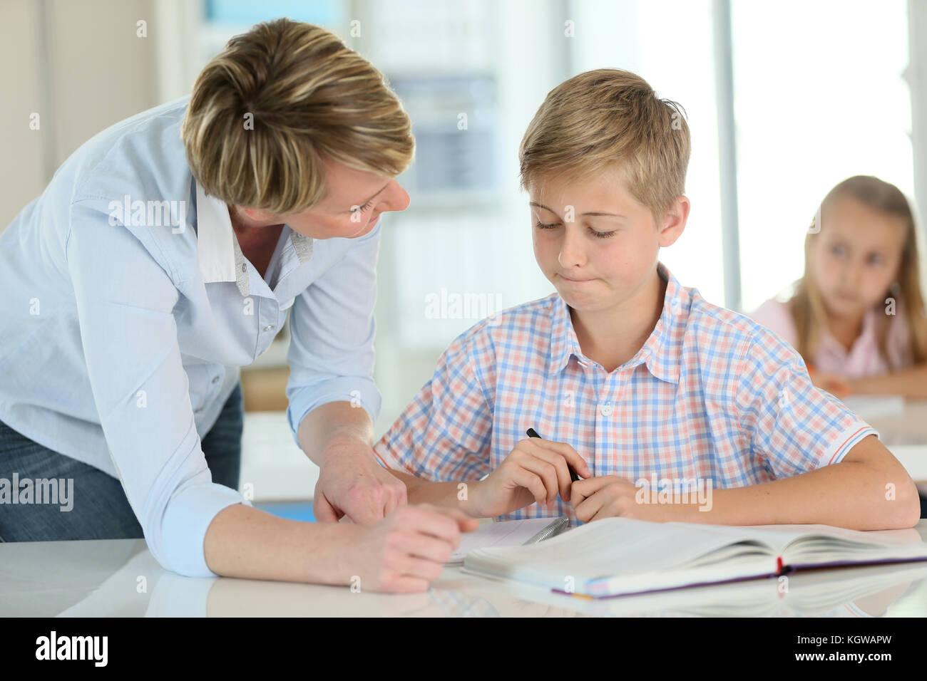 Avec l'enseignant en classe d'écolier Photo Stock