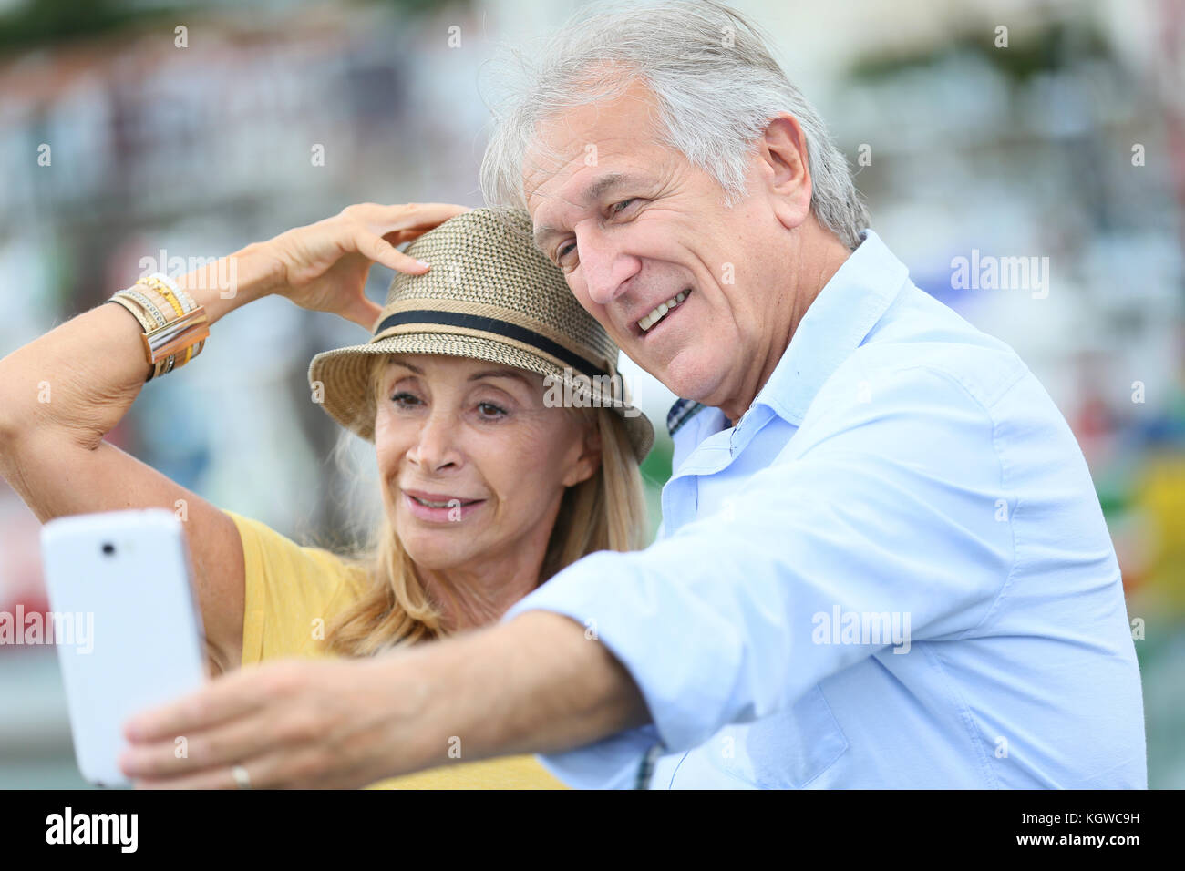 Couple de touristes de prendre photo avec smartphone Photo Stock