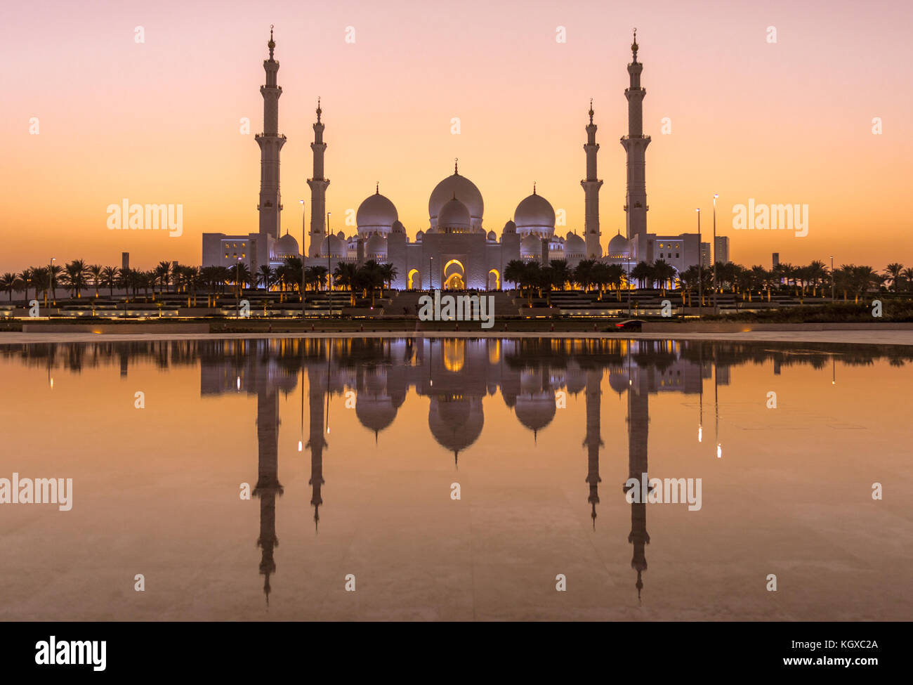 Sheik Zayed Mosque in Abu Dhabi après le coucher du soleil Photo Stock
