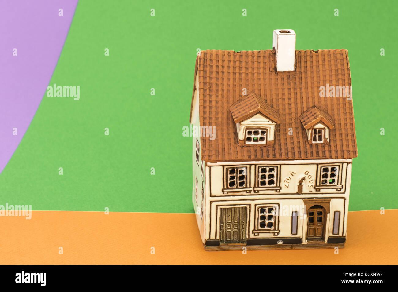 Petit jouet chambre orange sur fond vert et violet Banque D ...