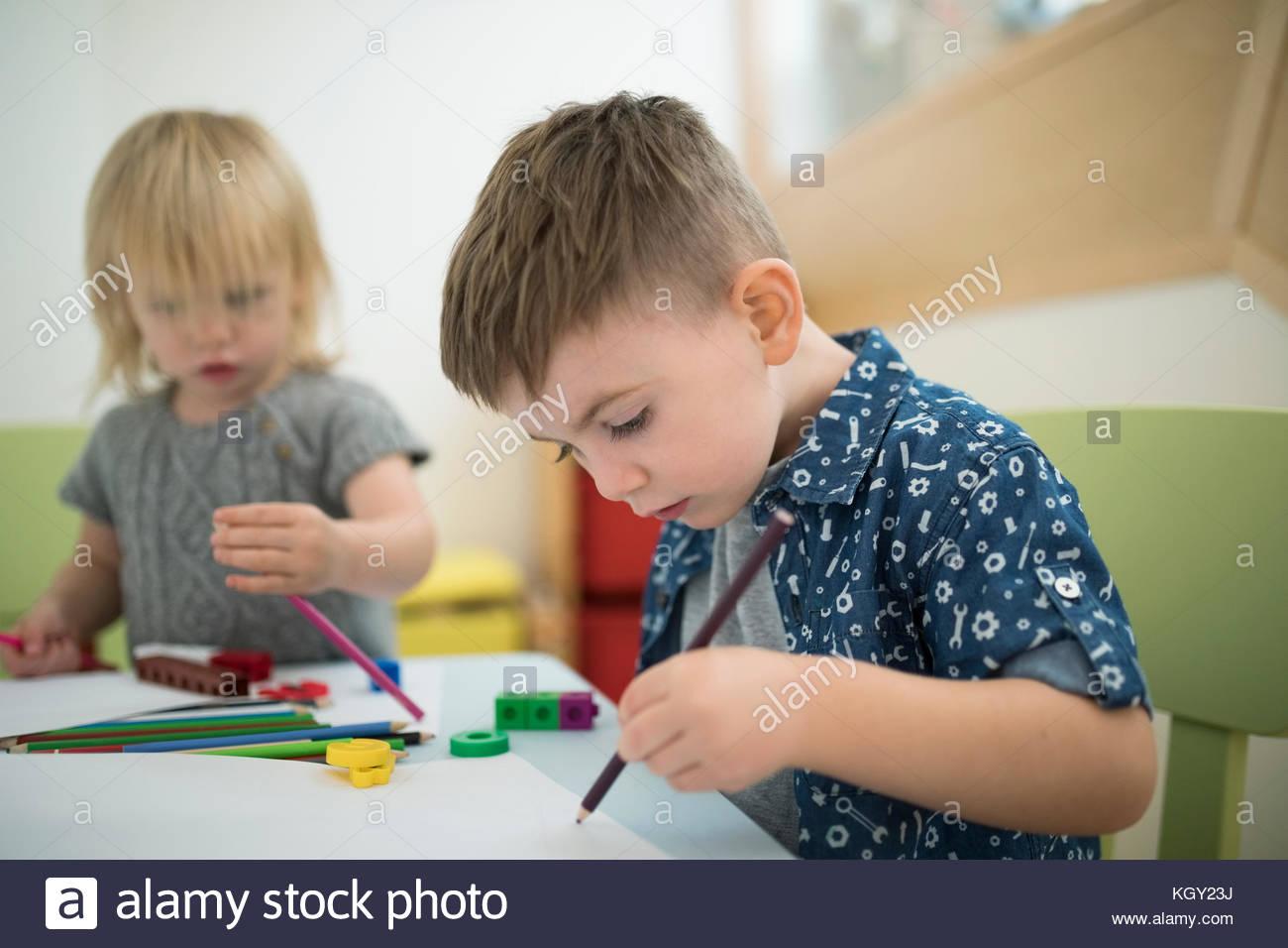 Tout-petit frère et sœur dessin avec crayons de couleur Photo Stock