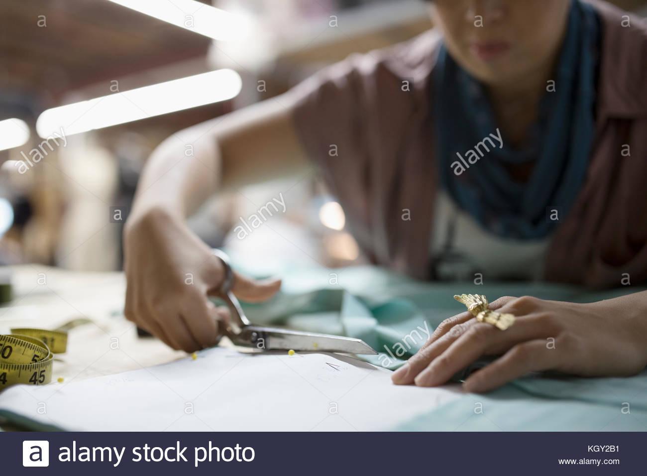 Designer de mode féminine en tissu avec des ciseaux de coupe Photo Stock