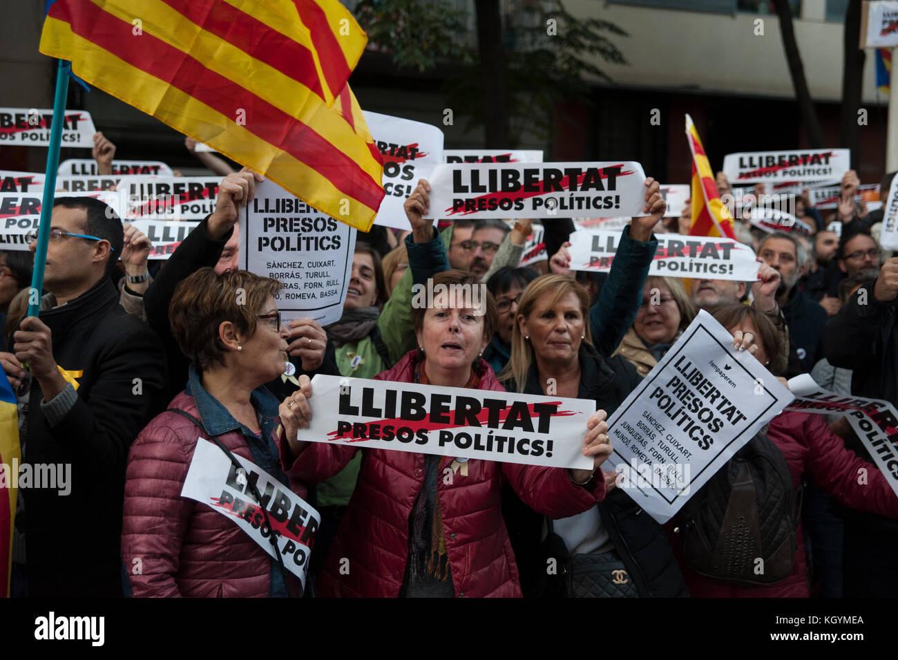 Barcelone, Espagne. 11 novembre 2017. Les associations de mouvements indépendantistes et les partis politiques ont appelé à une marche pour protester contre les détentions de prison du gouvernement catalan évincé. Credit: Charlie Perez/Alay Live News Banque D'Images