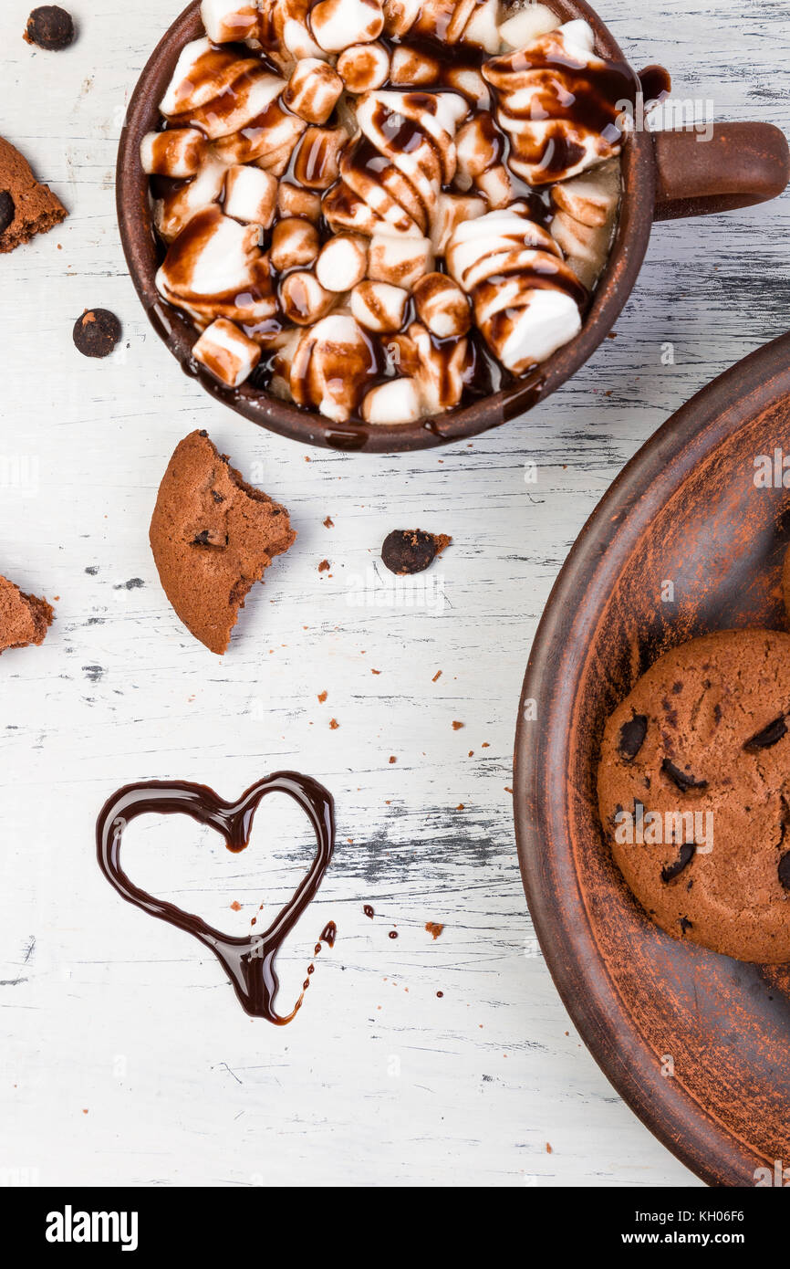 Chocolat chaud avec de la guimauve et chocolat cookies. amour. coeur saint valentin. Banque D'Images