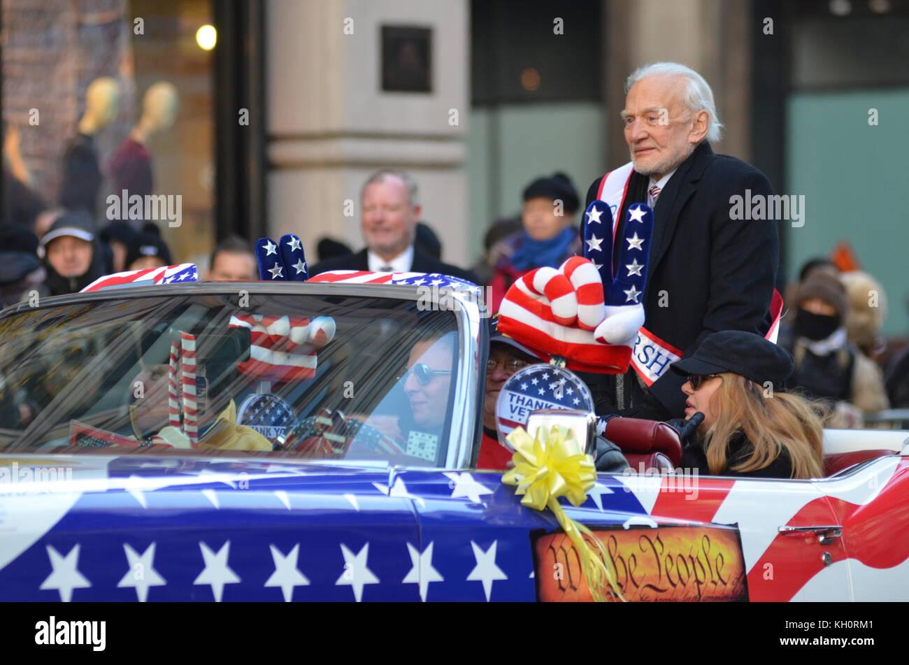 New York City, USA. Nov 11, 2017. Défilé des anciens combattants sur la 5e Avenue à New York. Le plus grand événement dans la journée des anciens combattants de la nation avec des dizaines de milliers de manifestants, dont plus de 300 unités. Credit: Ryan Rahman/Alamy Live News Banque D'Images
