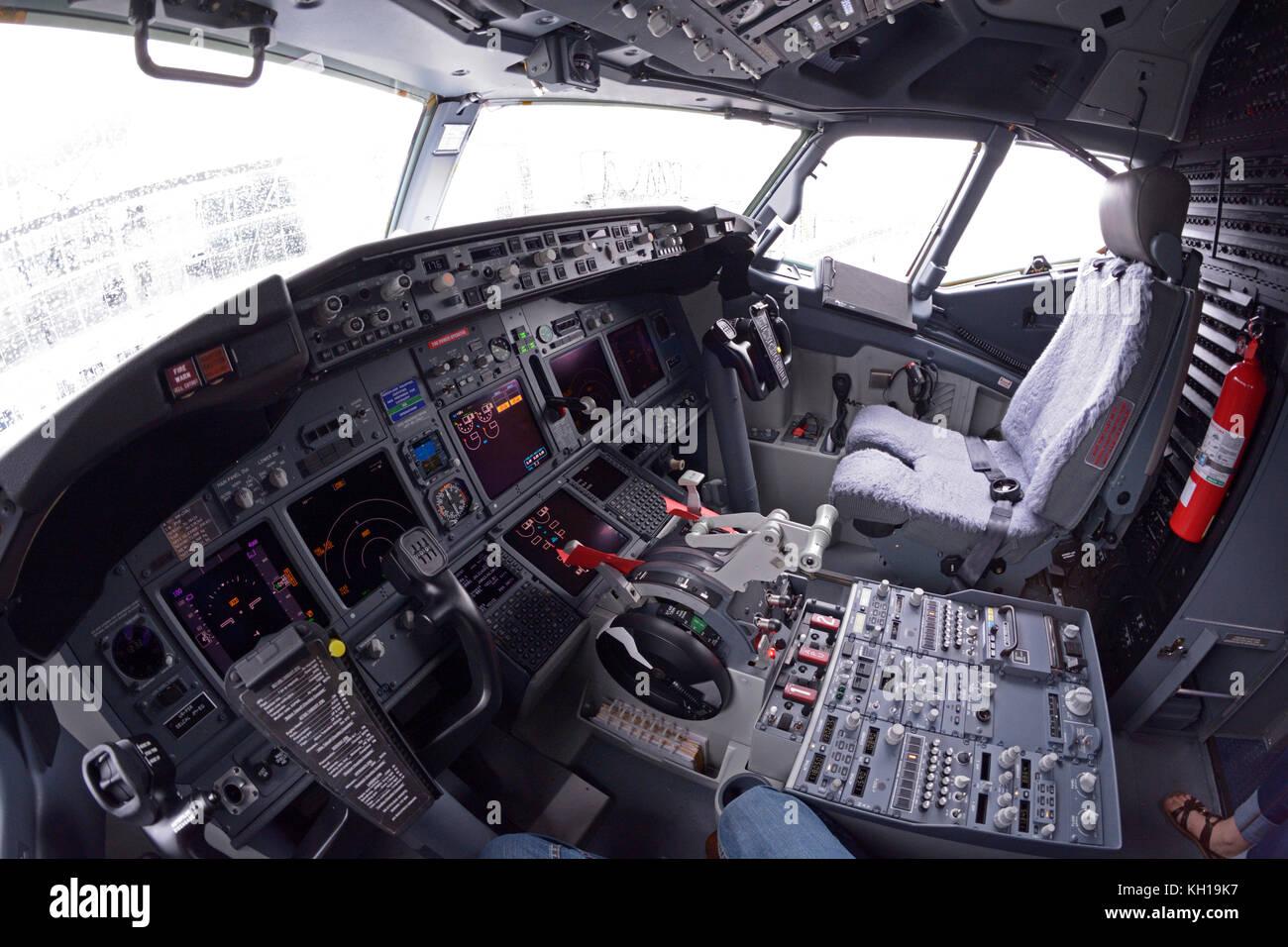 Dans Un Tableau De Bord De Pilotage D Un Avion Boeing 737 400 Boryispil La Demonstration De L Administration De L Aeroport Pour Des Medias De Masse Boeing 737 400 Nouvellement Achete Photo Stock Alamy