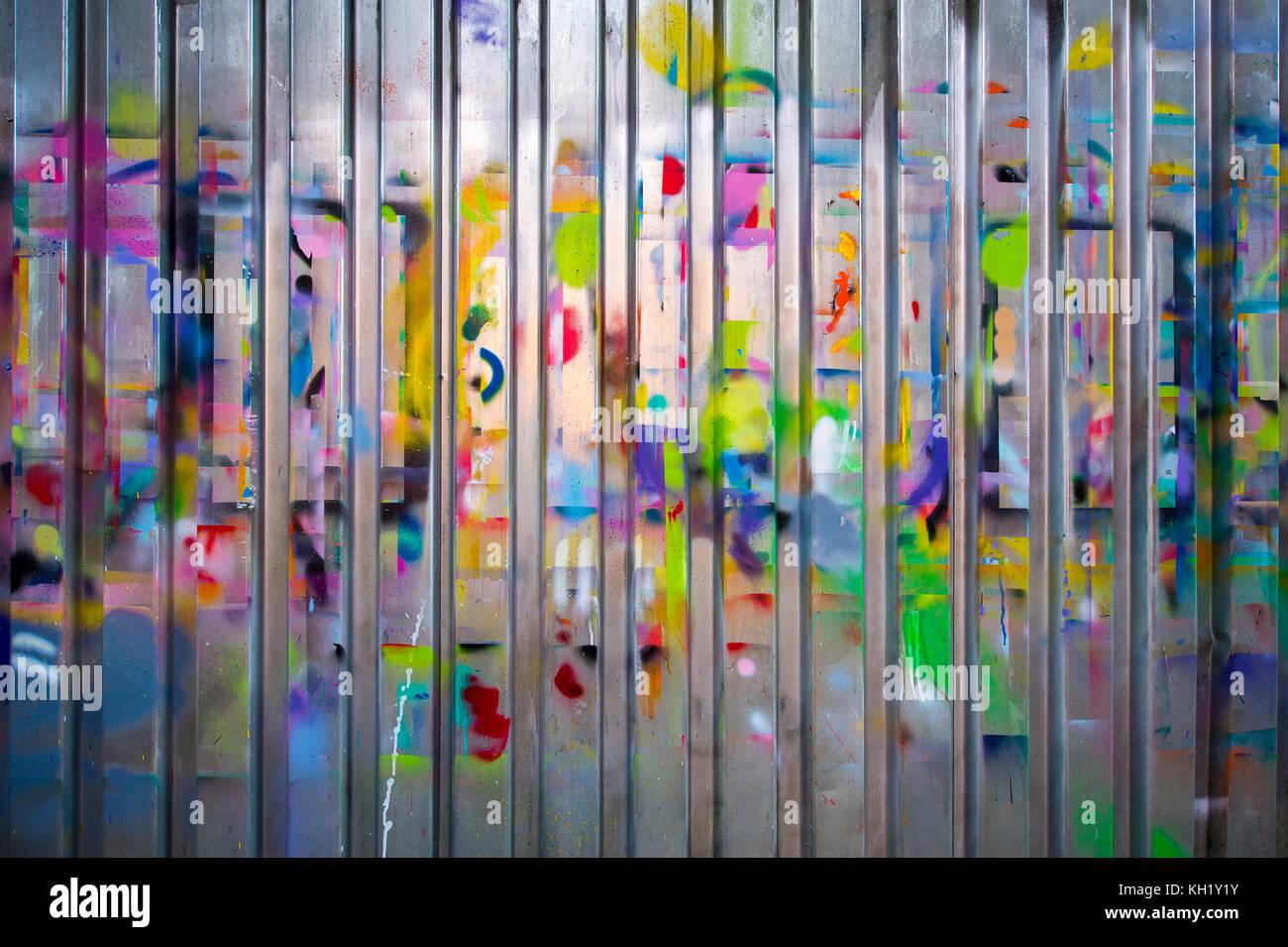 Désordre de peinture colorée sur la ferraille à gauche après plusieurs décisions de costumes Photo Stock