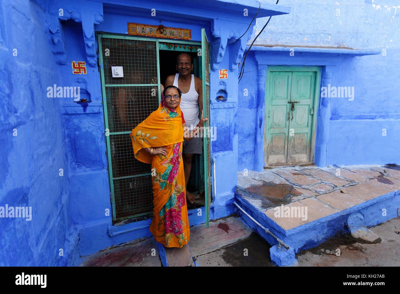 Elder couple indien en costume traditionnel à la porte devant leur maison en ville bleue de Jodhpur, Rajasthan, Photo Stock
