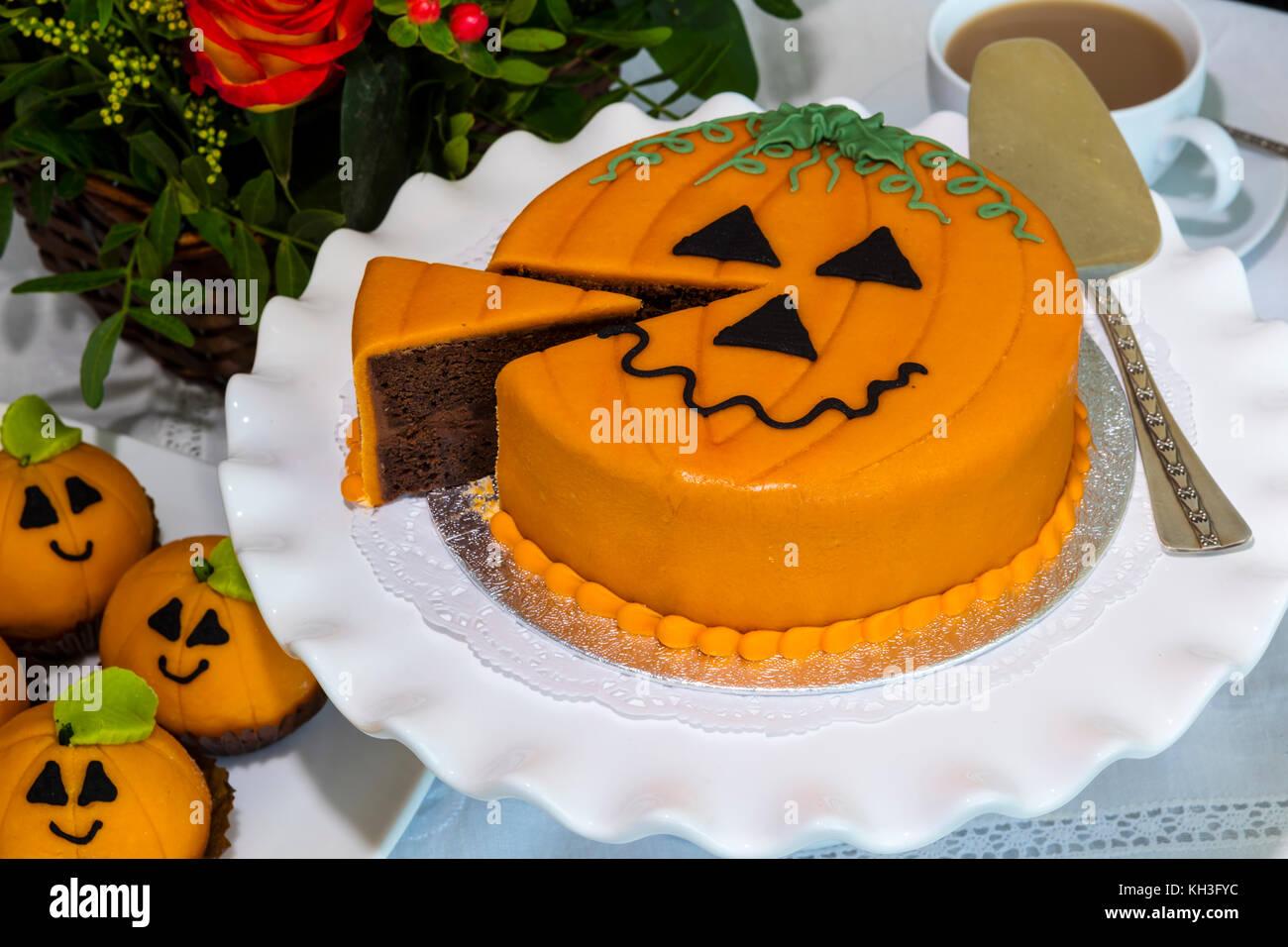 Nouveauté coupe du gâteau au chocolat et décoré de massepain et de givrage dans thème de Photo Stock