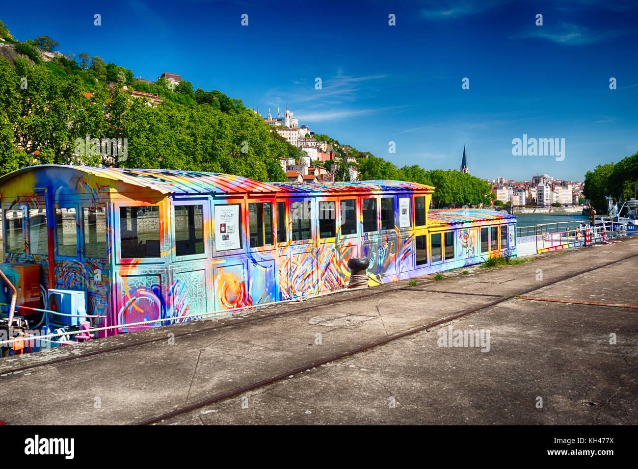 Projet d'art colorées péniche amarrée sur la Saône, Lyon France Banque D'Images