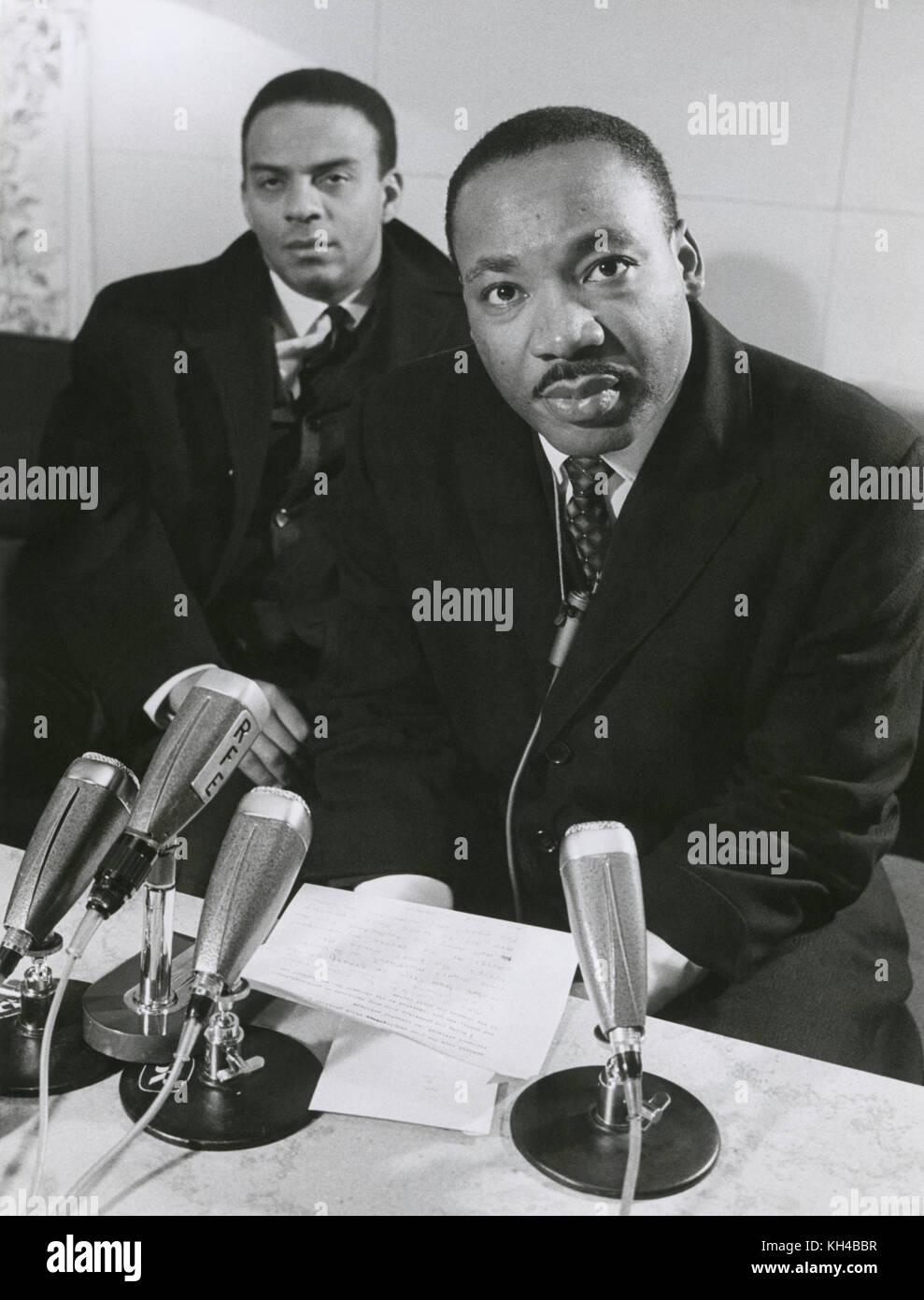 Dr Martin Luther King, jr. et Andrew Young lors d'une conférence de presse à Arlanda à Stockholm, Photo Stock