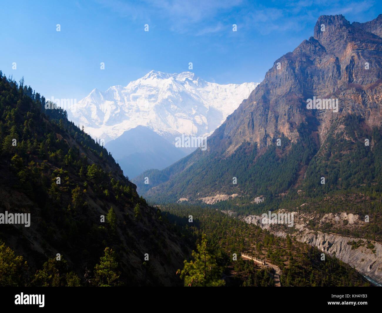 Vue vers le bas sur la marsyangdi river valley et dans l'ensemble pour l'Annapurna II à partir du chemin Photo Stock