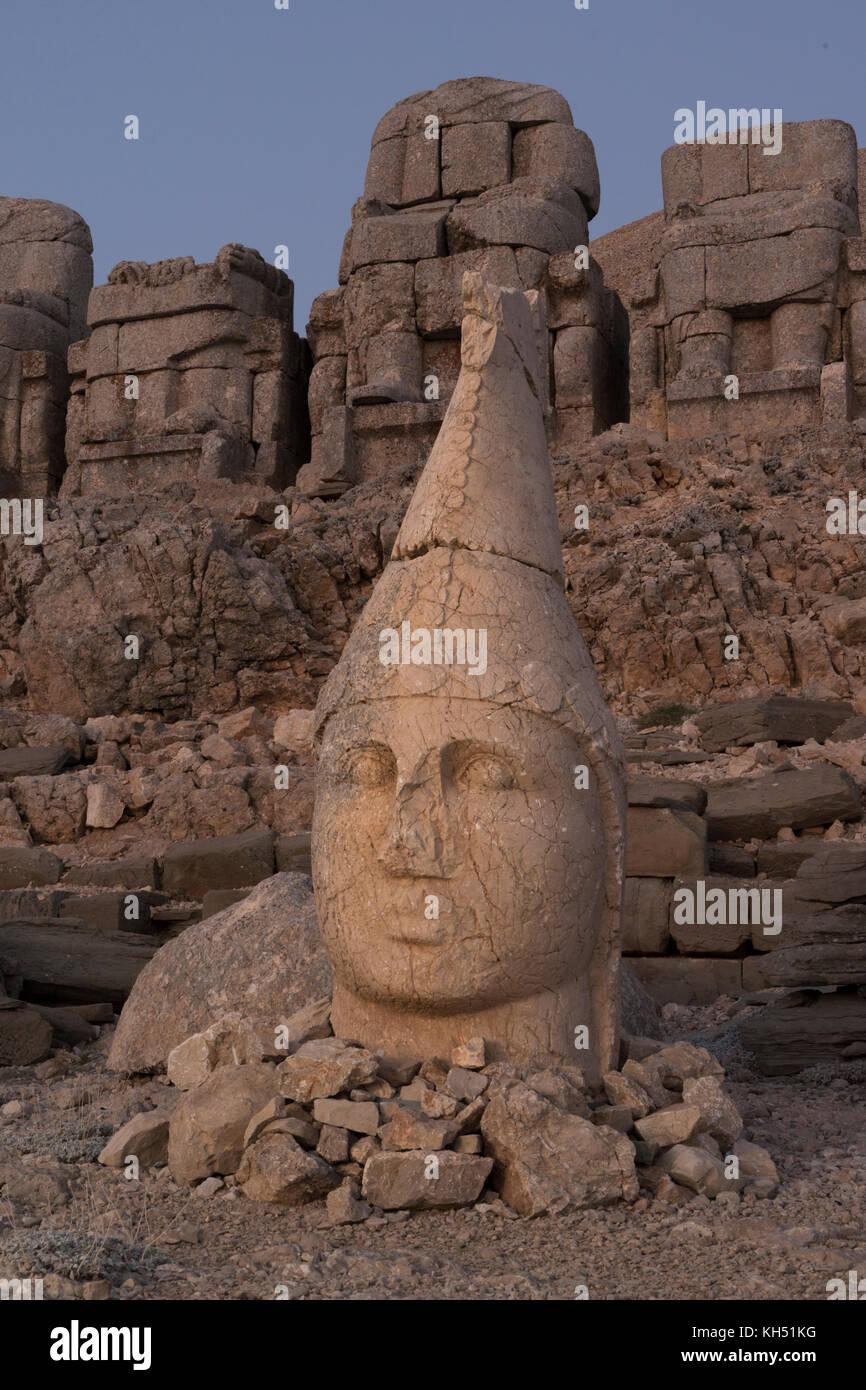 Sanctuaire Du Mont Nemrut Statues Sur La Terrasse De L Ouest Les