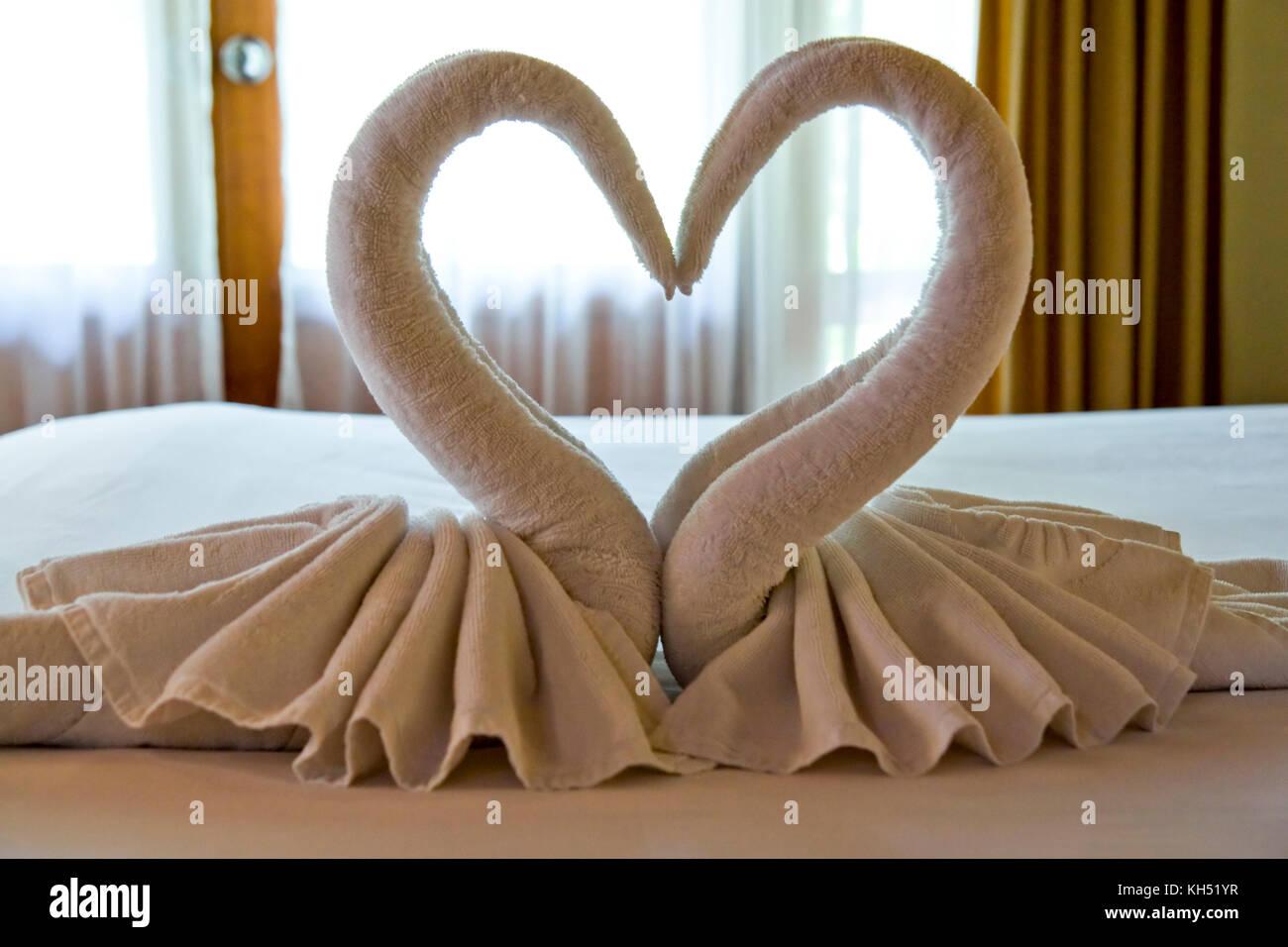 , Disposés comme les cygnes sur le lit dans la chambre du client. photographié en Asie du sud-est, Thailande, Photo Stock