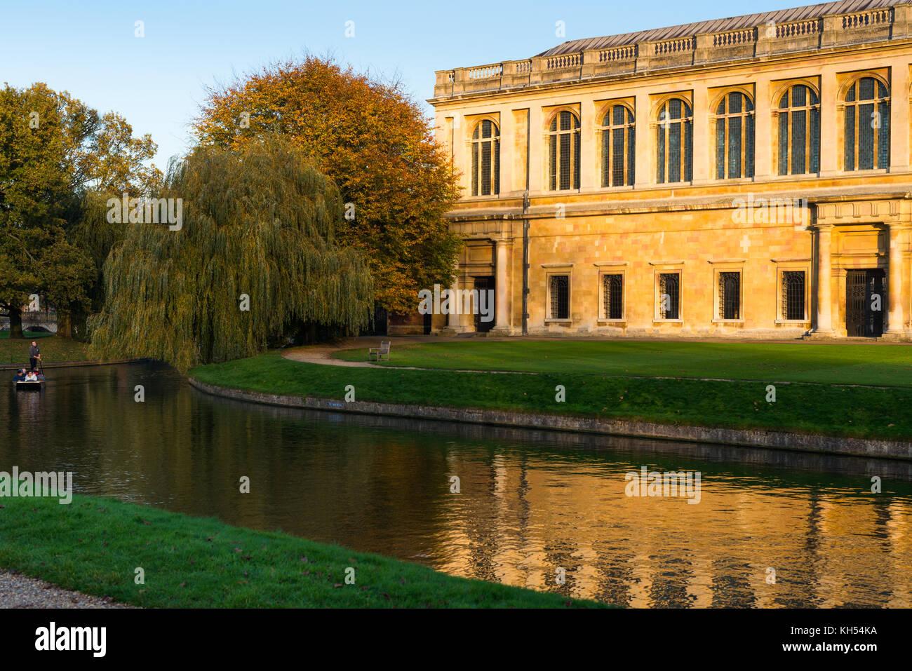 Vue panoramique de la bibliothèque Wren au coucher du soleil, le Trinity College, l'Université de Cambridge; avec en face en barque sur la rivière Cam, au Royaume-Uni. Banque D'Images