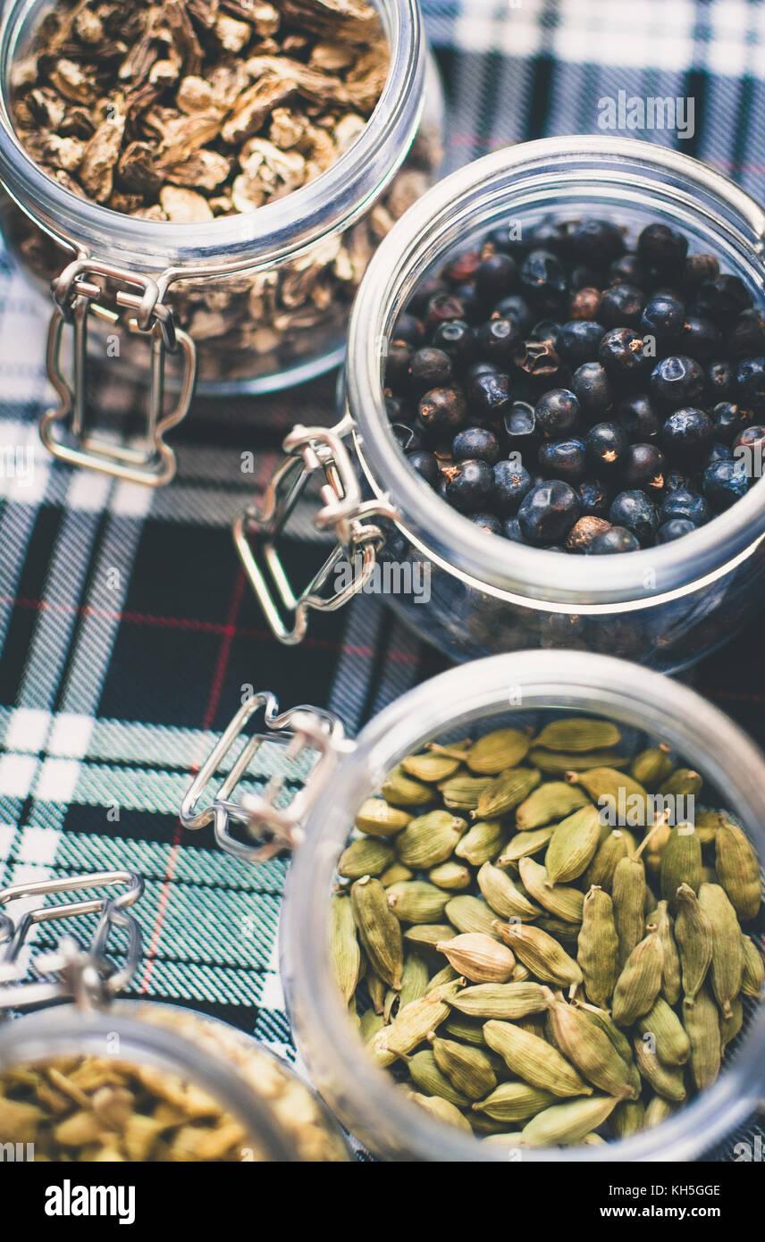Whisky et de gin ingrédients: dans un bocal en verre sur tartan bleu et blanc Photo Stock