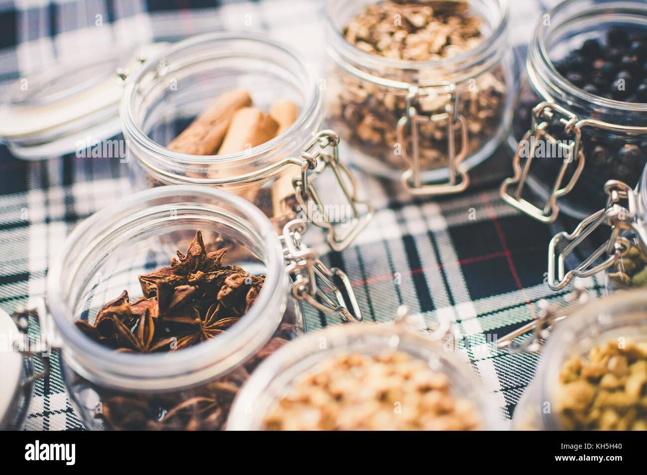 Whisky et de gin ingrédients dans un bocal en verre sur tartan bleu et blanc Photo Stock