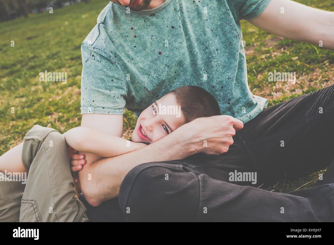 Papa avec littke fils s'amusant pour enfants à l'extérieur Photo Stock
