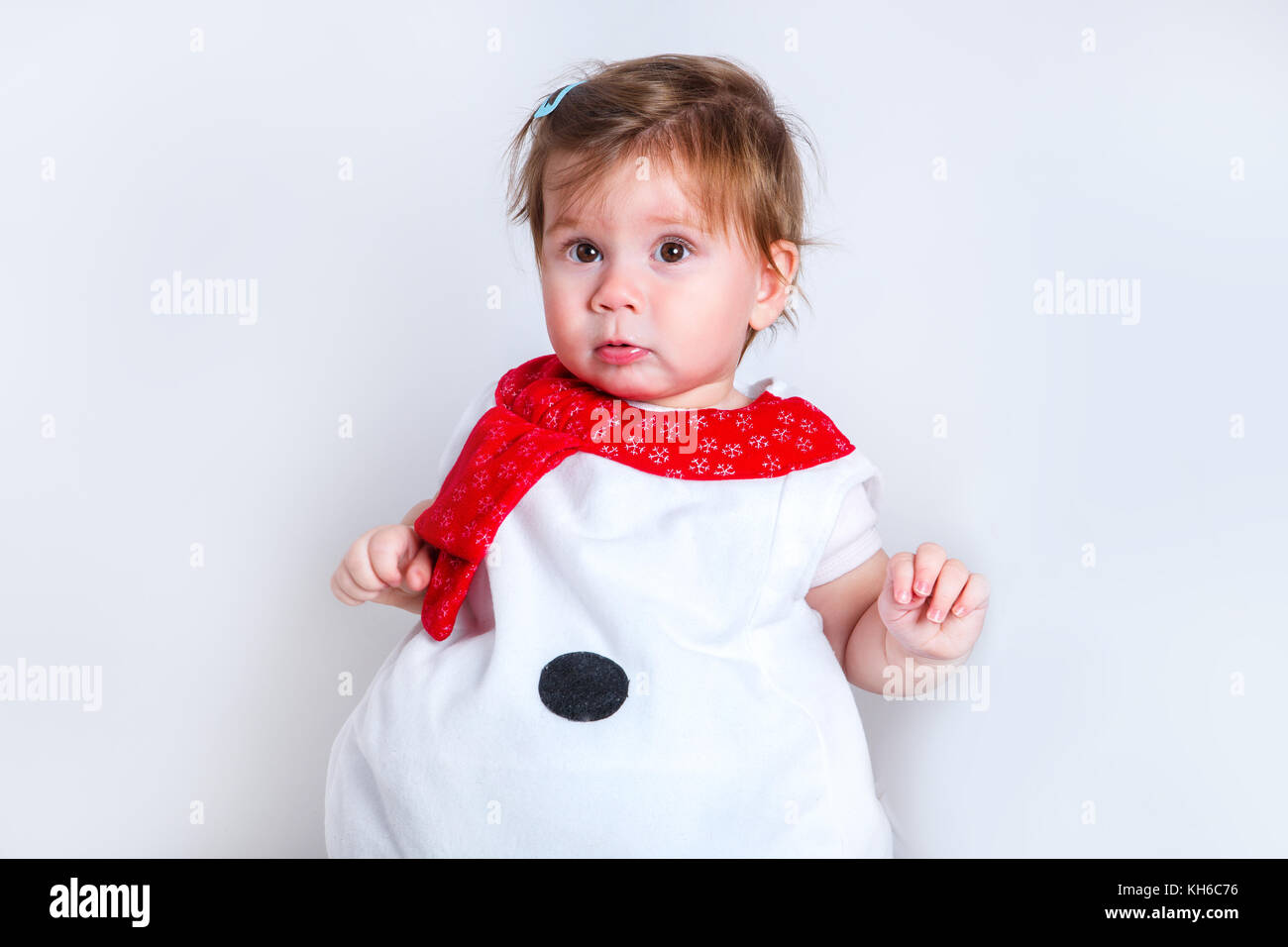 4b6b2d684ebda Bébé fille attrayante étonné en costume de Noël s amusant . close-up  portrait petite fille en costume de bonhomme