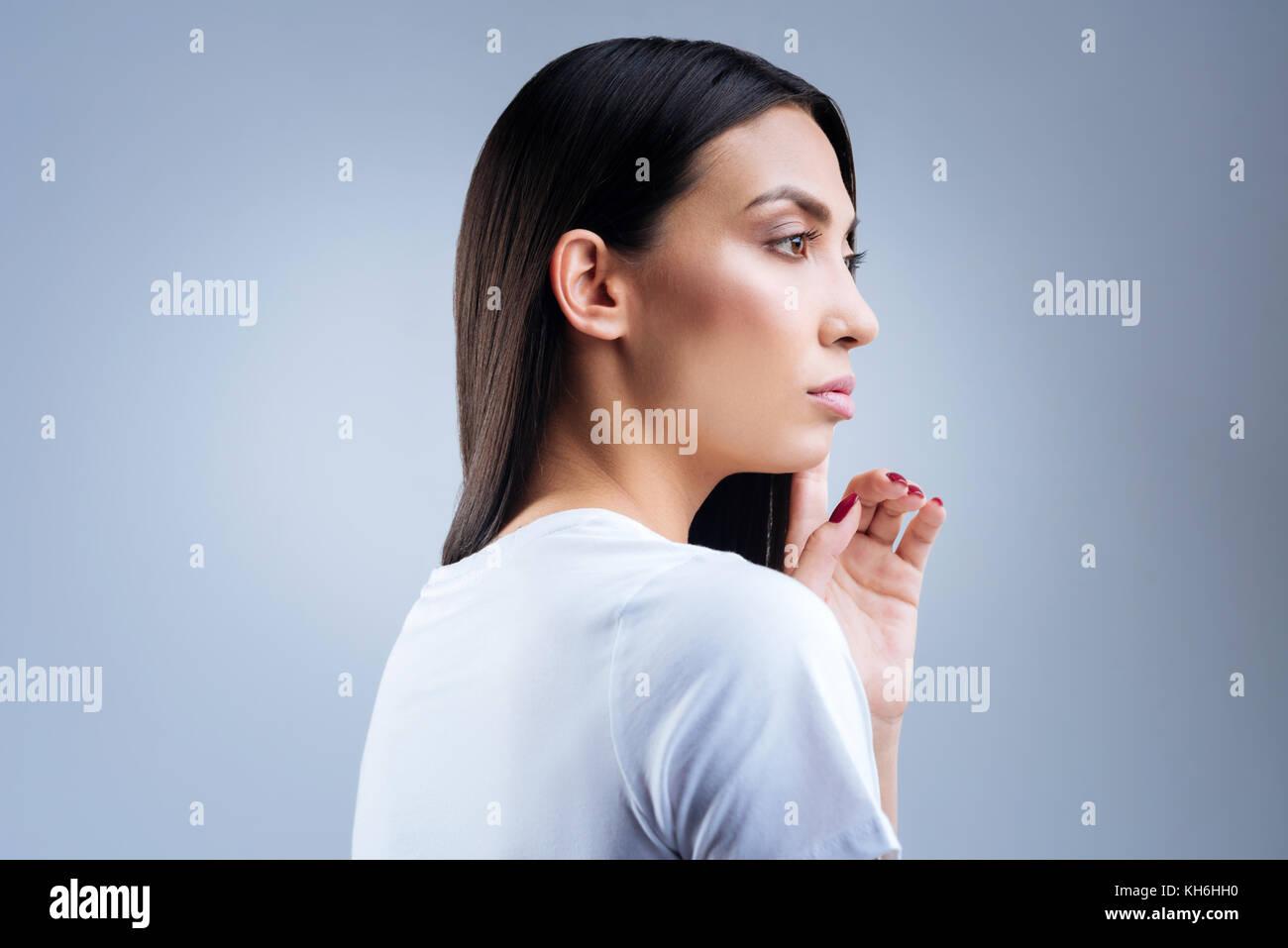 Jeune femme en colère à la recherche à la pluie alors que l'être de mauvaise humeur Photo Stock