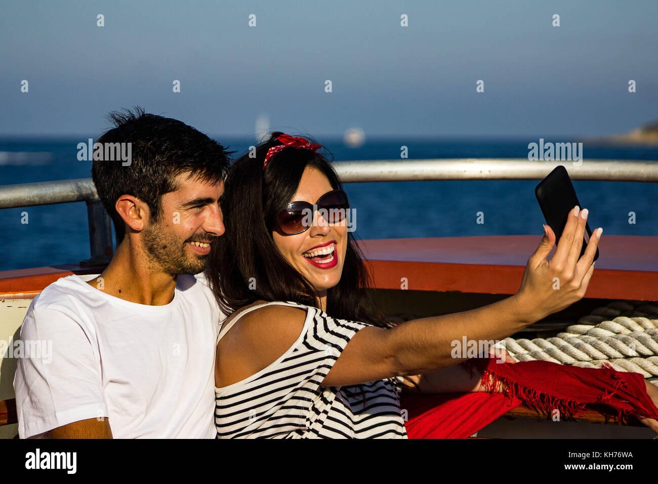 Selfies couple sur un bateau en vacances Photo Stock