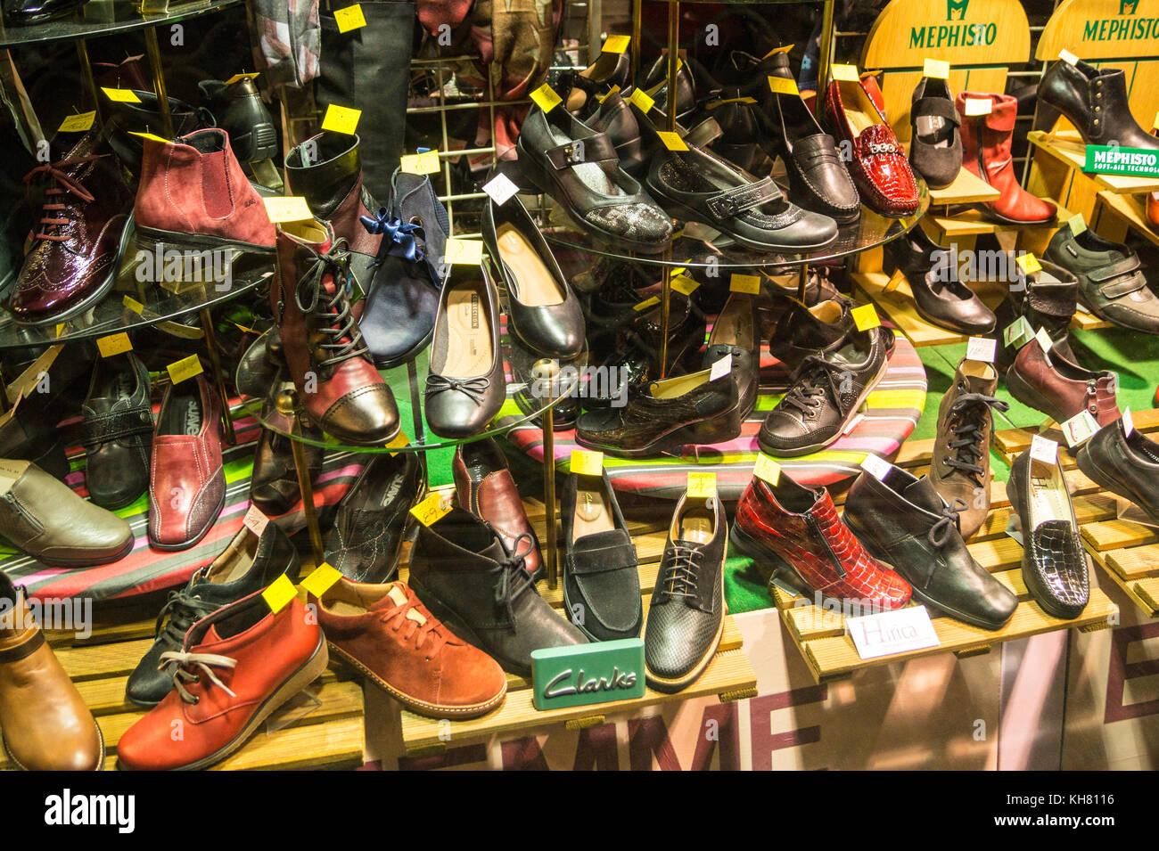 0d3b3e58d9f62c Affichage des Clarks et Mephisto chaussures de marque dans une vitrine,  Toulouse, Occitanie, France