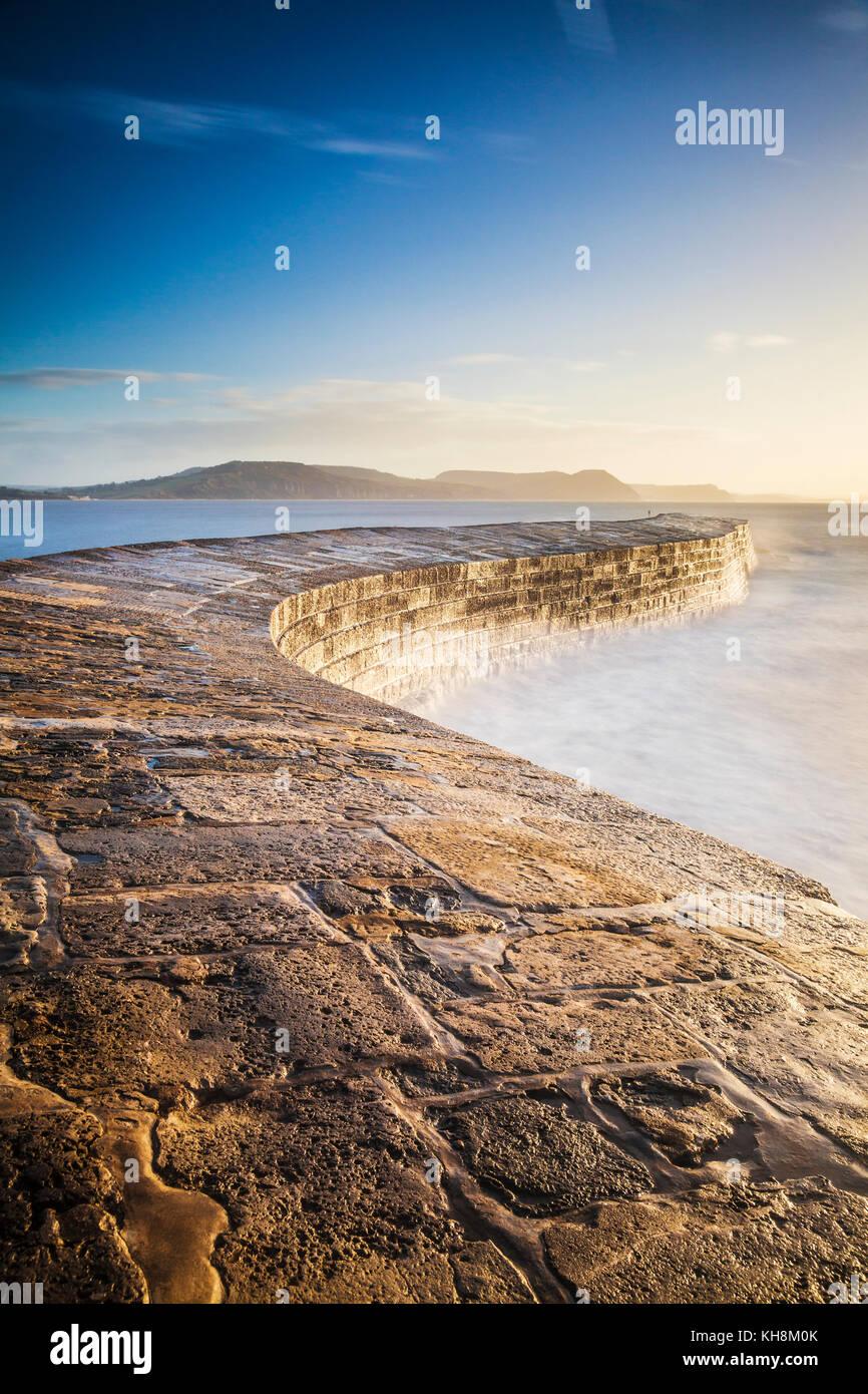 Le lever du soleil sur la Cobb à Lyme Regis dans le Dorset. Banque D'Images