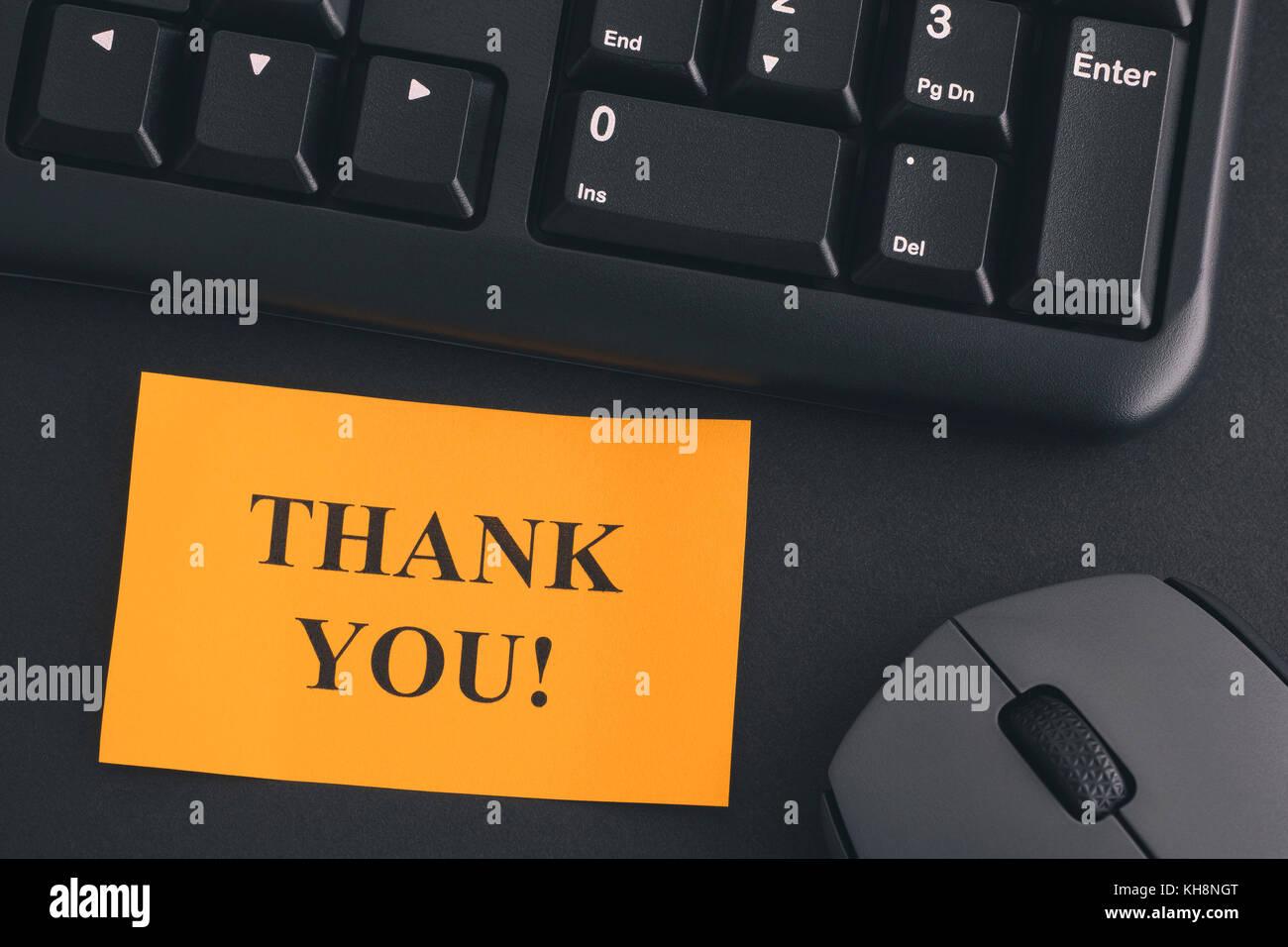 Merci papier remarque avec écrit merci sur un bureau avec un