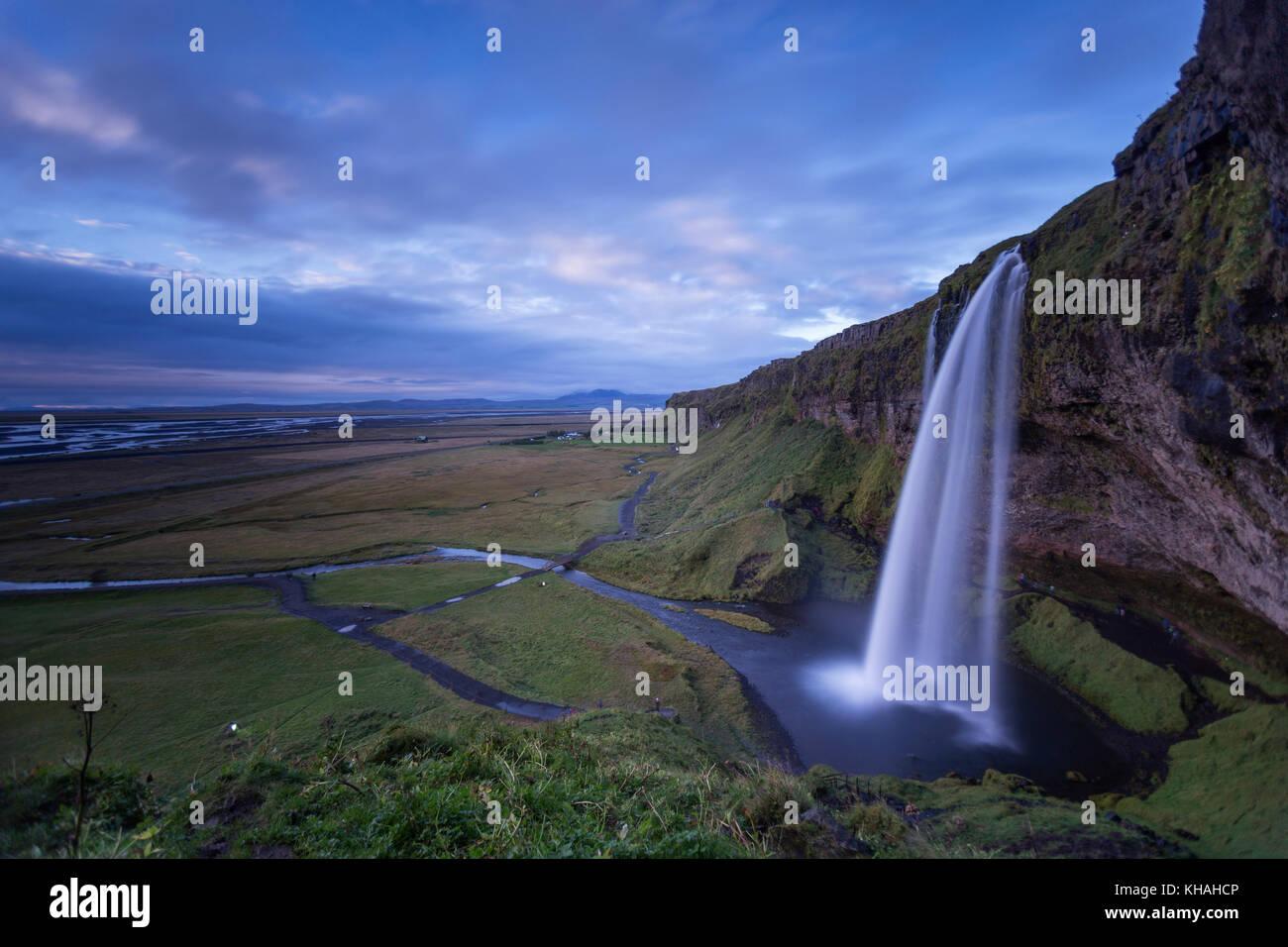 Cascade de Seljalandsfoss, sur la côte sud de l'Islande. Une destination touristique bien connue. Photo Stock