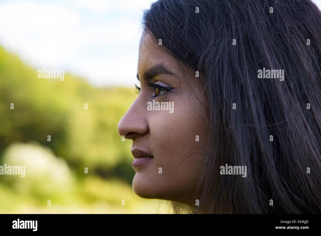 Belle jeune femme sérieuse, extérieur en été tir Photo Stock
