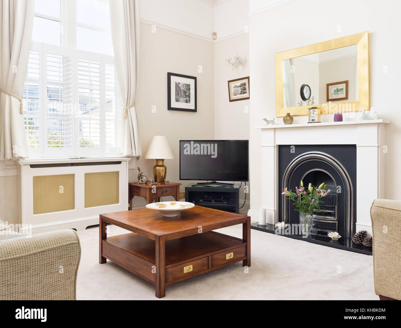 Un frais, léger, traditionnel et contemporain salon avec cheminée ...