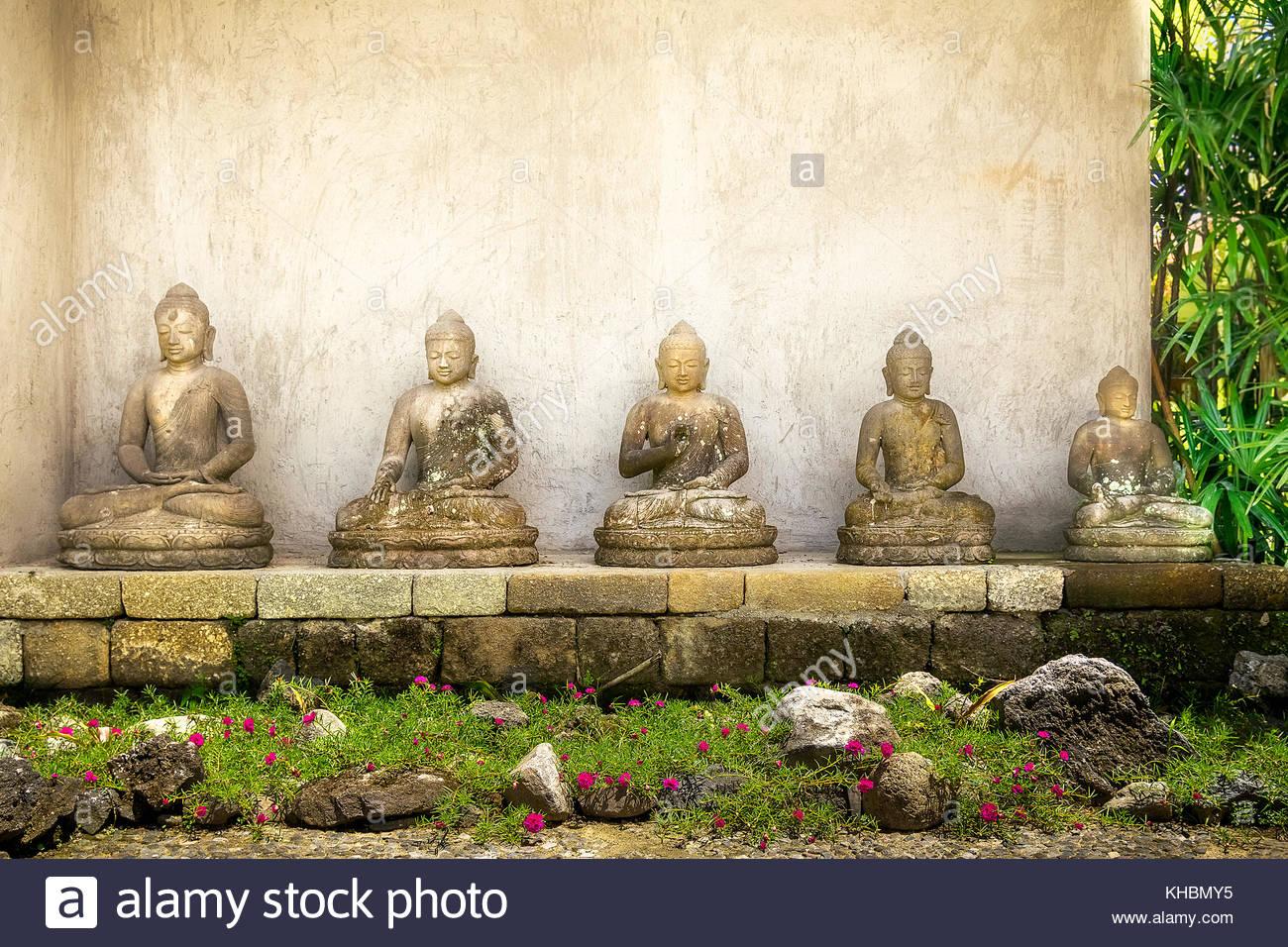 les figures de bouddha de pierre dans jardin à bali en indonésie