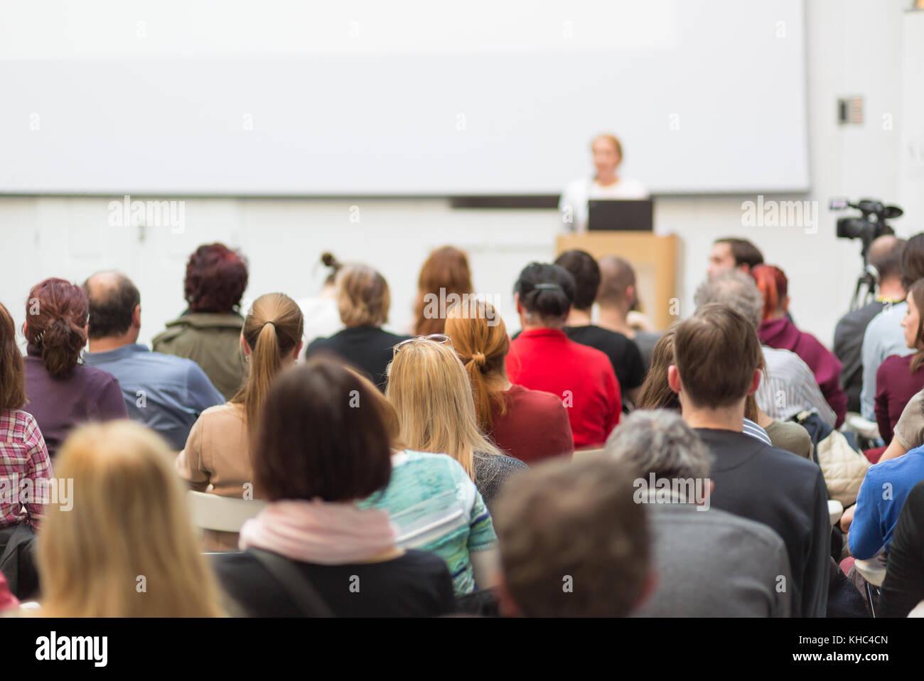 Woman giving presentation sur conférence d'affaires. Photo Stock