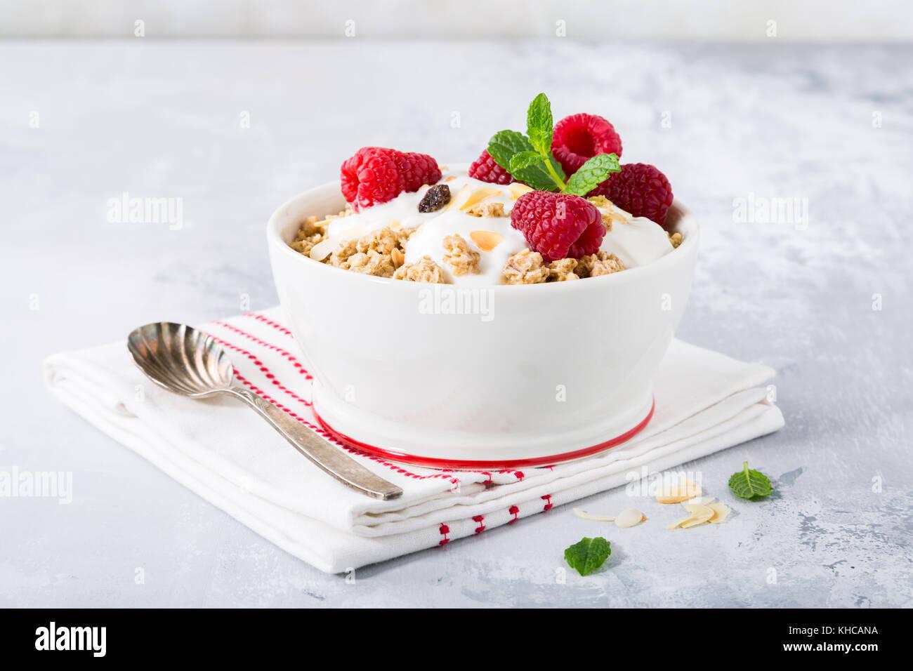 Petit-déjeuner sain avec granola et fruits rouges Photo Stock