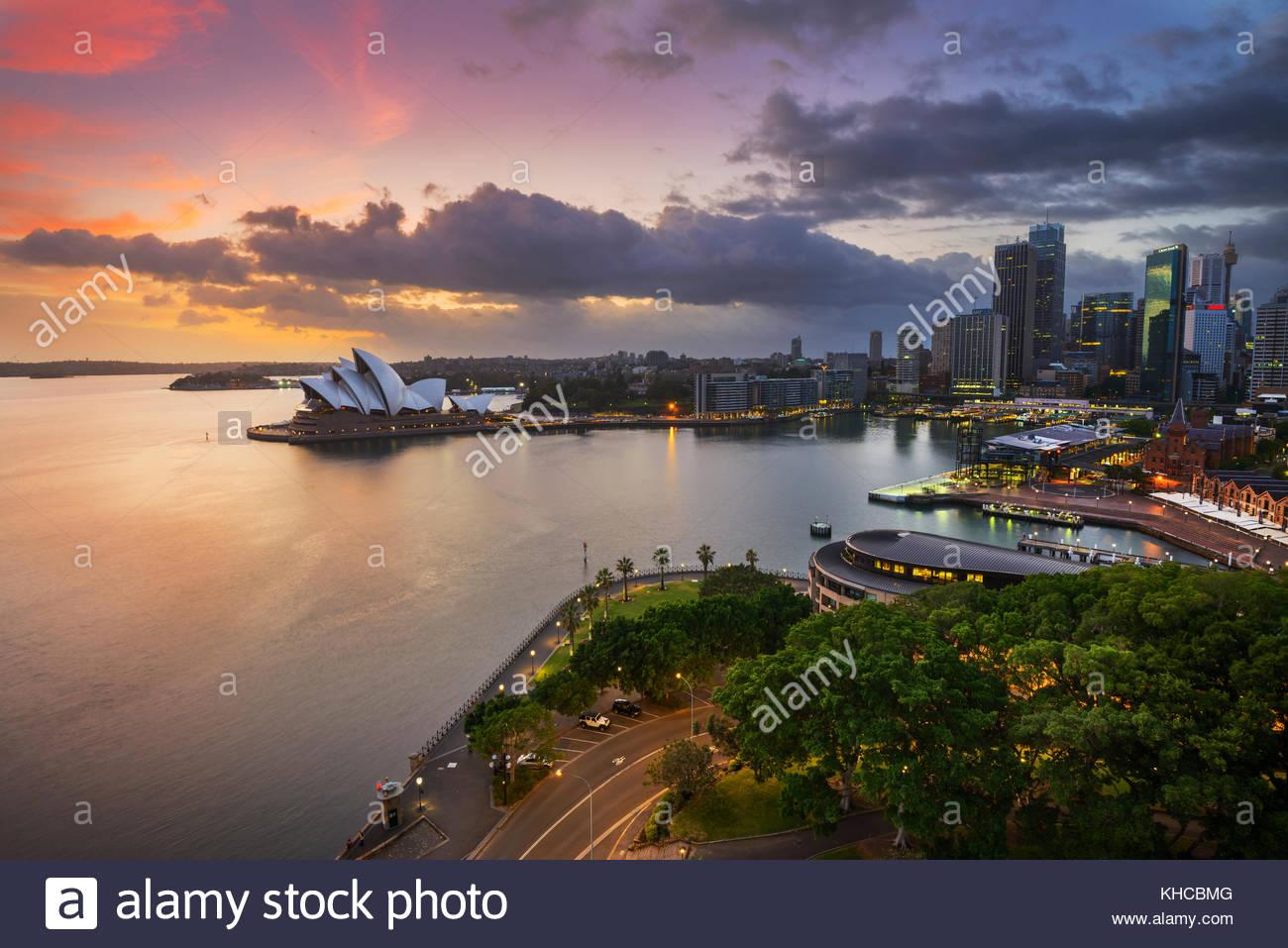 Lever de soleil sur dramatique et l'Opéra de Sydney The Rocks, Sydney, Nouvelle-Galles du Sud, Australie Photo Stock
