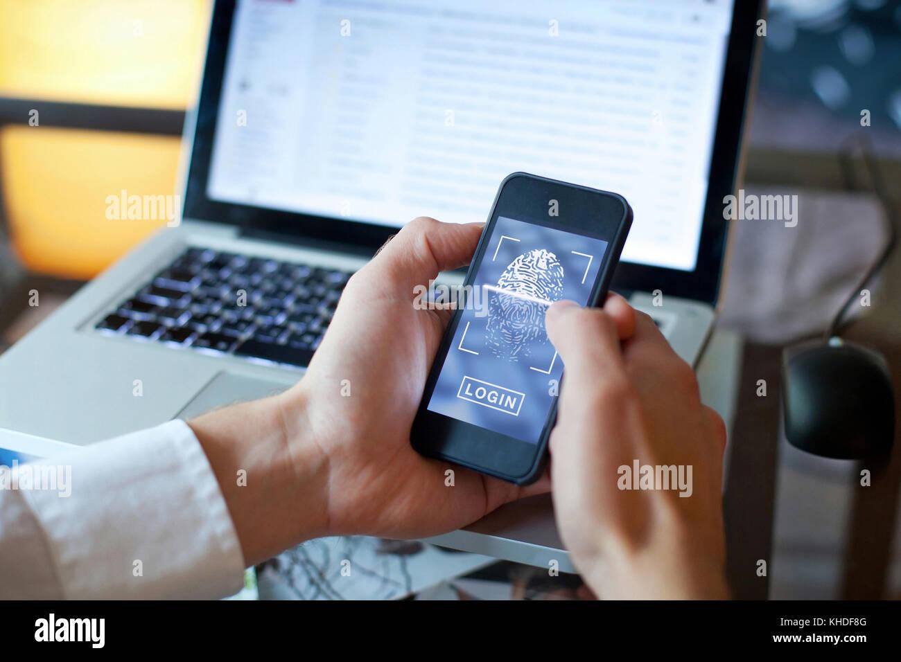 L'accès à la connexion d'empreintes digitales sur smartphone, la sécurité des données Photo Stock