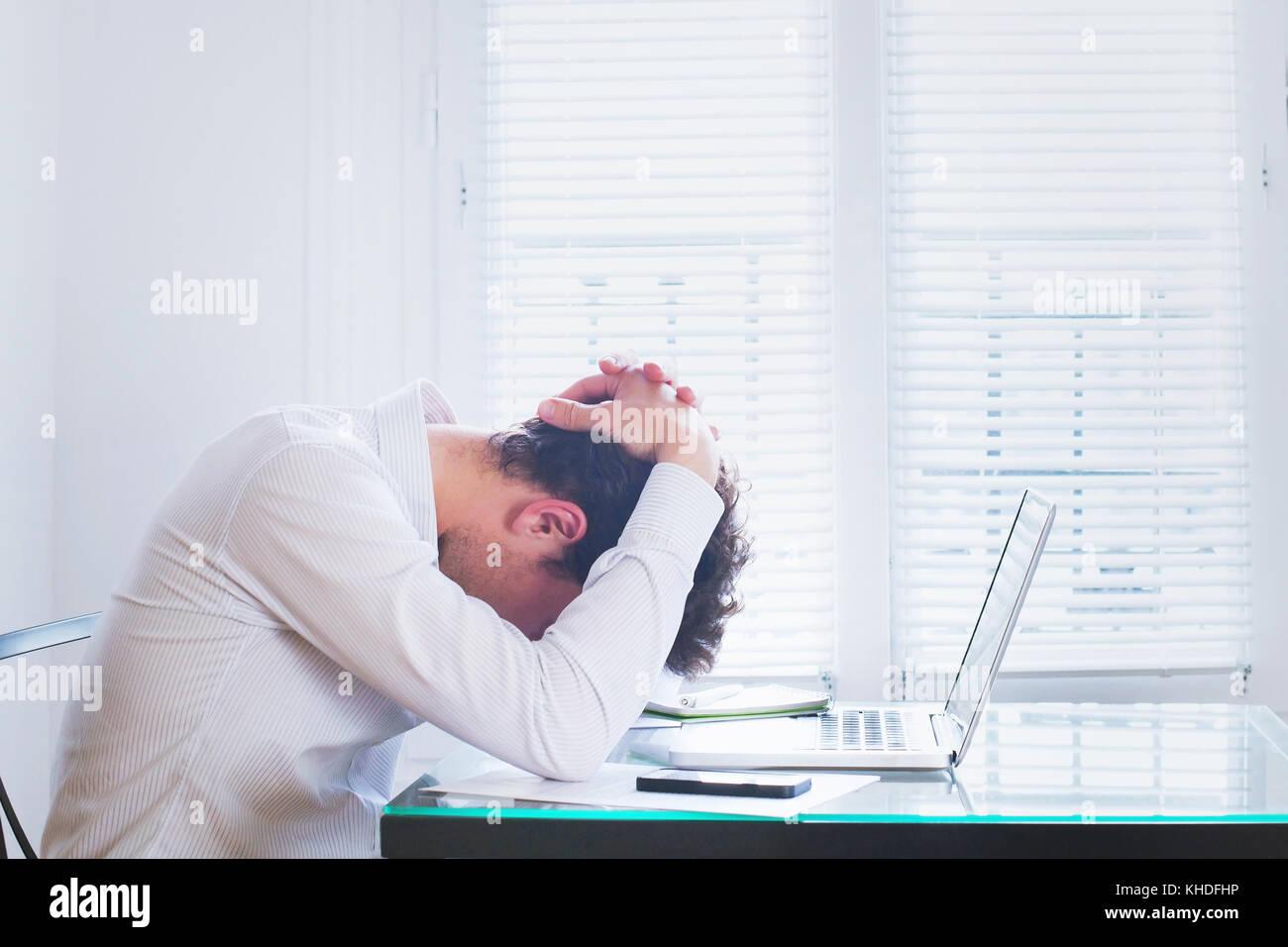 Épuisement émotionnel, homme d'affaires fatigué sur le lieu de travail dans le bureau, concept de stress Banque D'Images