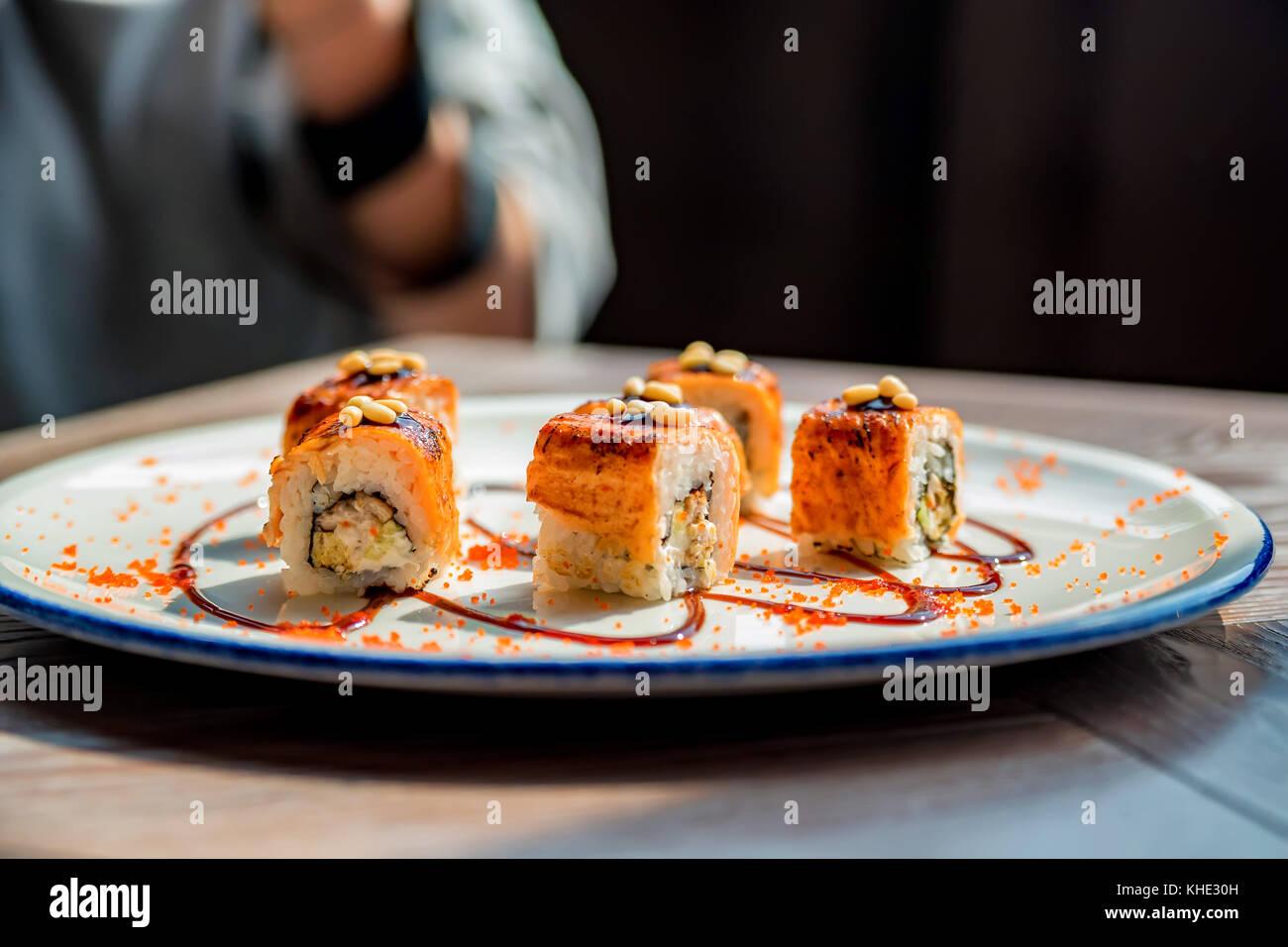 Image photographe alimentaire prend de rouleaux de sushi Photo Stock
