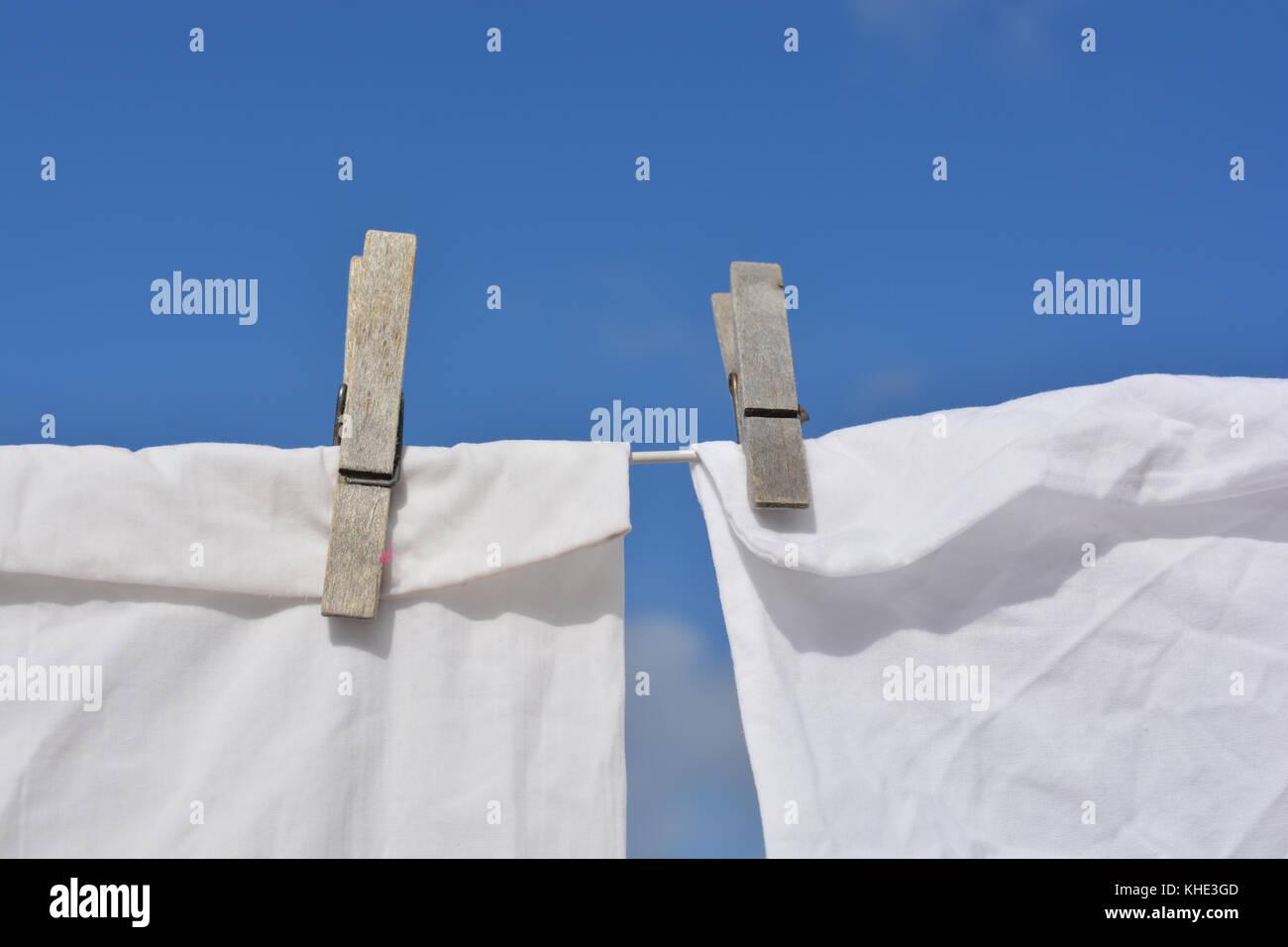 Laundry day. lave blanc accroché sur la ligne séchant au soleil Photo Stock