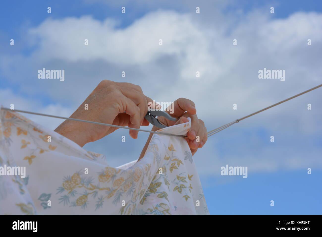 Laundry day. sortir le lave-linge sur une corde à linge à l'extérieur. Photo Stock