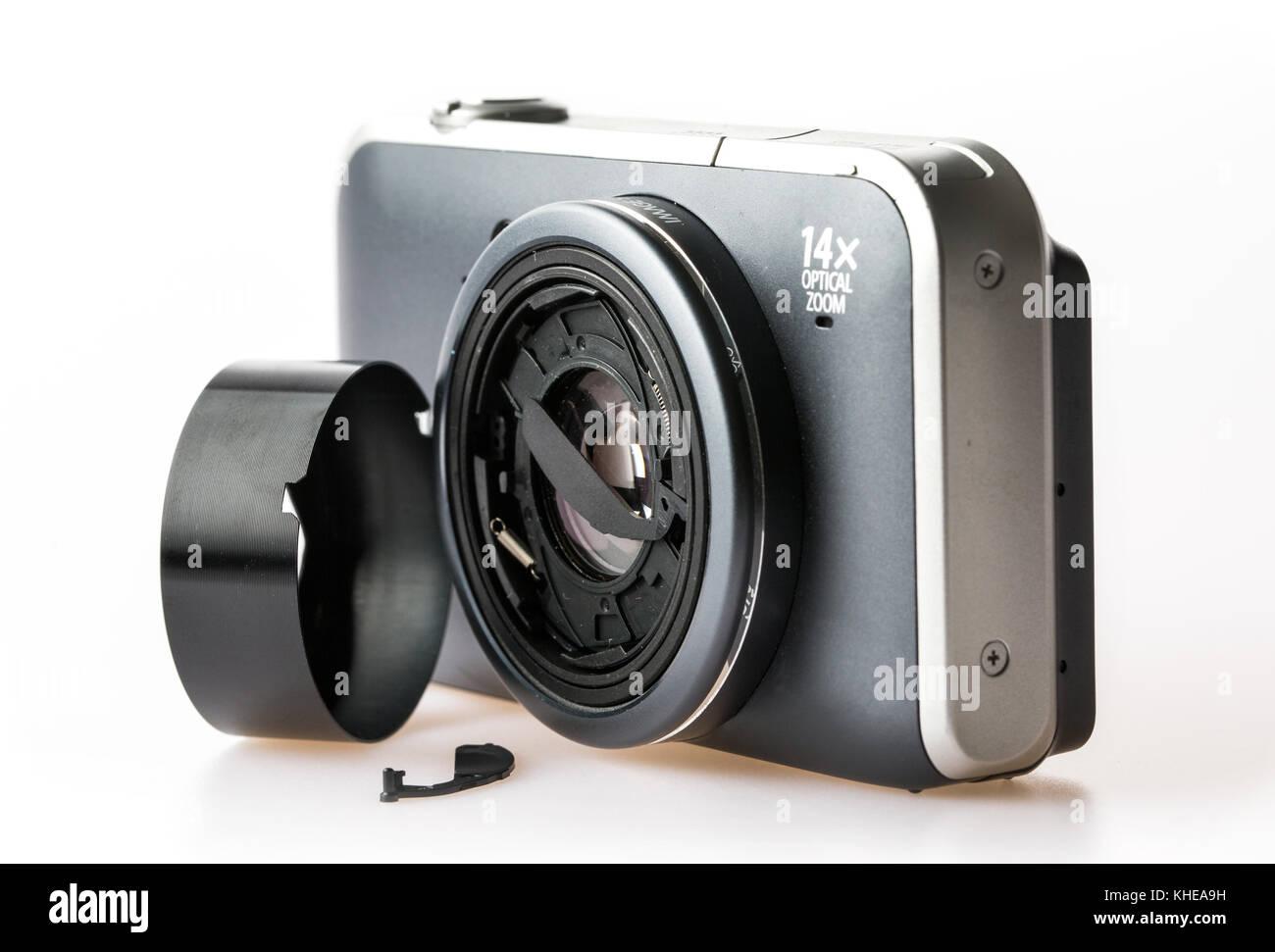 Un appareil photo numérique compact cassé brisé Banque D'Images