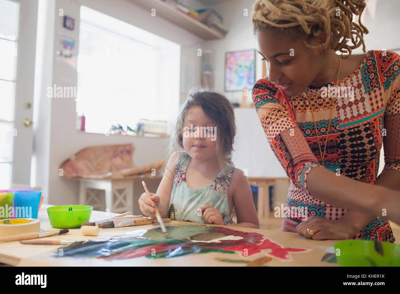 Une jeune femme et fille peinture Photo Stock