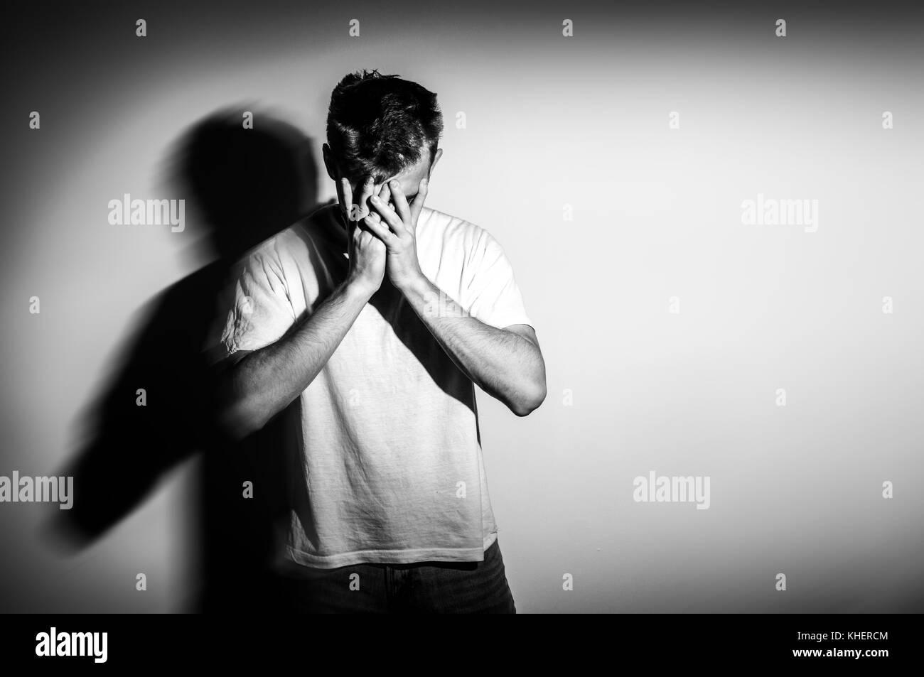 Homme Triste Avec Les Mains Sur Le Visage De Tristesse Sur