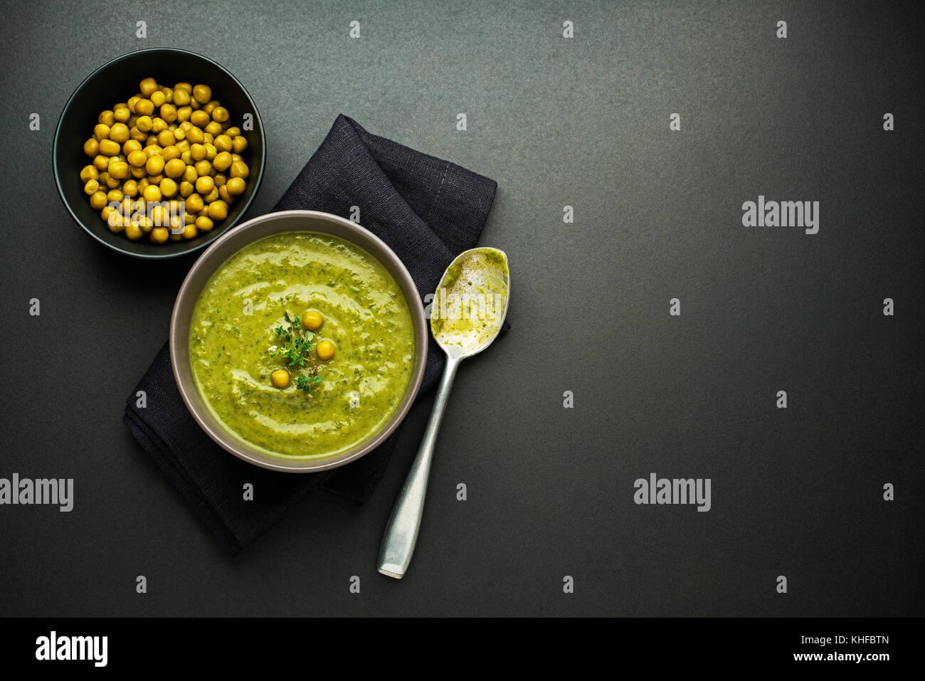 Soupe aux pois légumes frais sain l'analyse des frais généraux Photo Stock