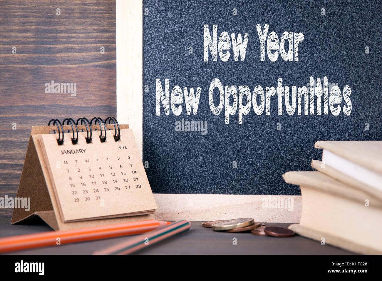 Nouvelle année, nouvelles opportunités. calendrier et tableau papier sur une table en bois Photo Stock