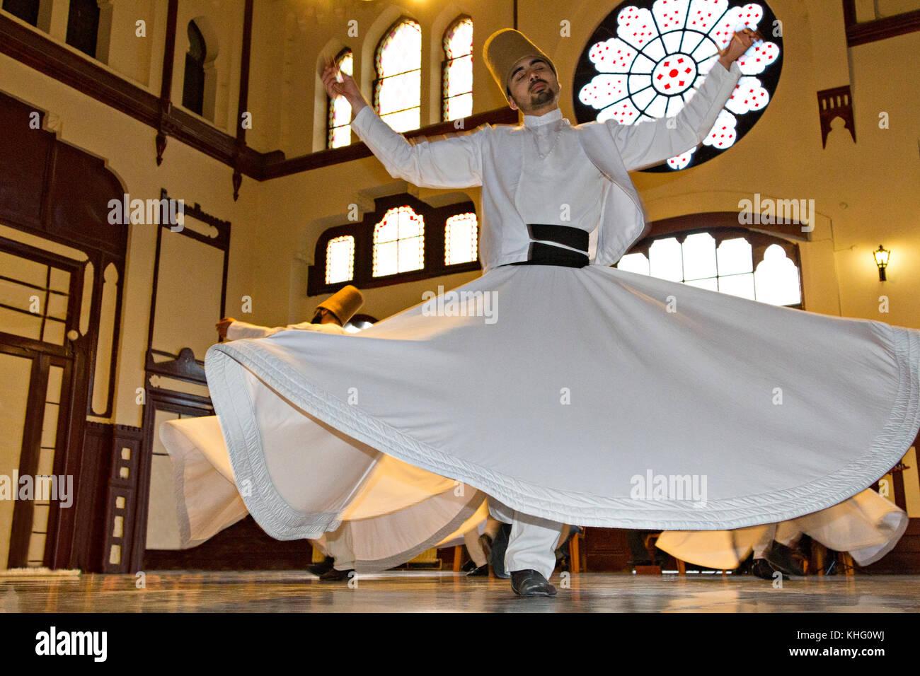 Dervish tourbillonnante lors du rituel tourbillonnant soufi connu sous le nom de Sema, à Istanbul, en Turquie Banque D'Images