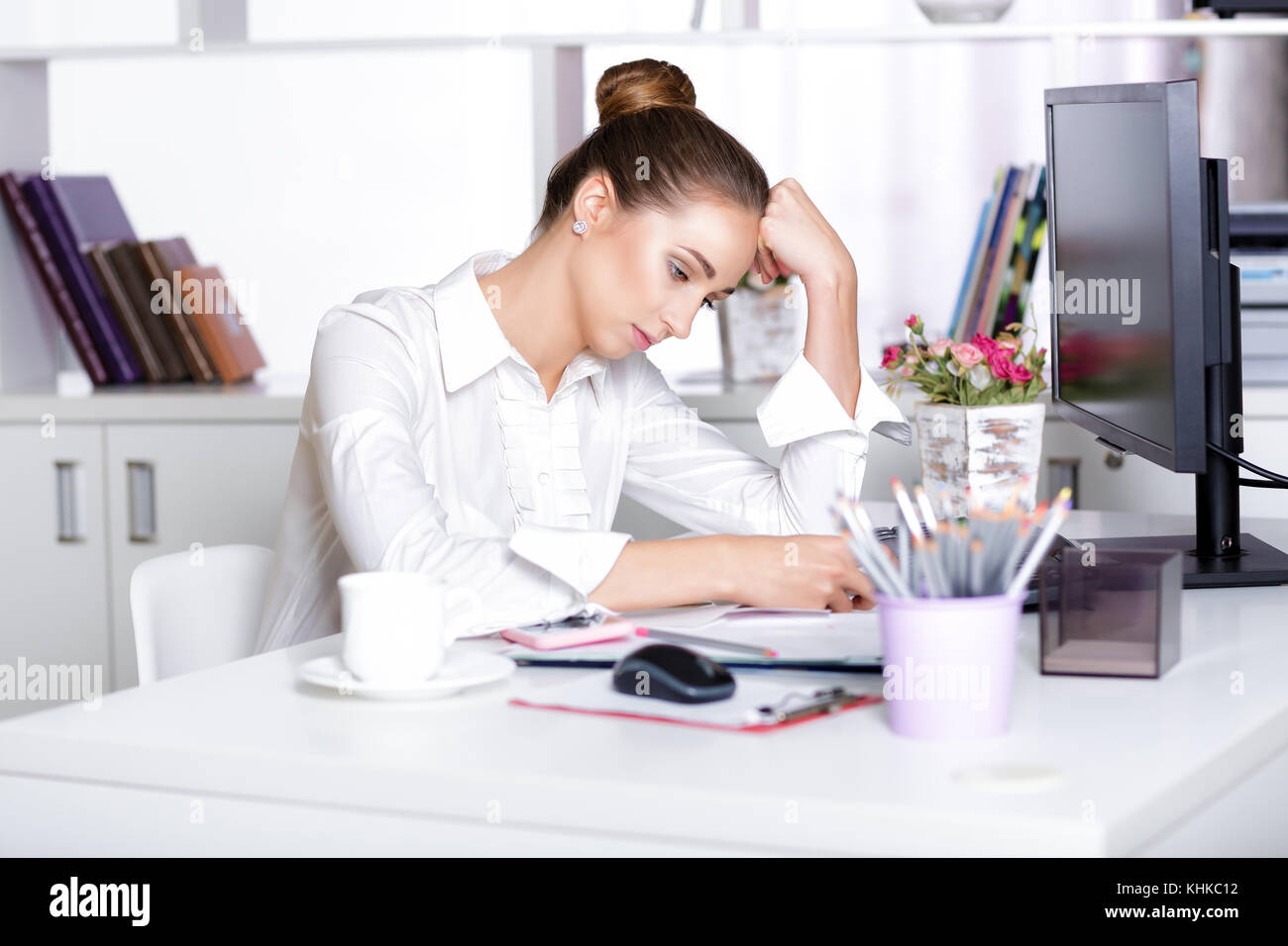 Tired woman manager au bureau Photo Stock