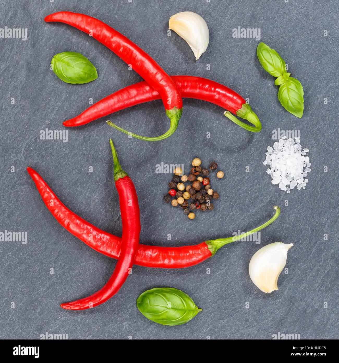 Red Hot Chili Peppers ingrédients de cuisine chili fond ardoise carré vue d'en haut au-dessus Photo Stock