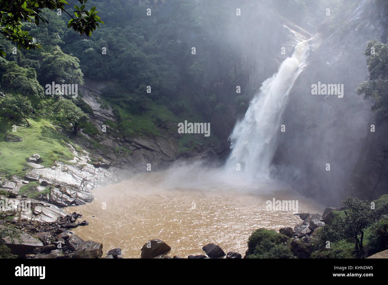 Cascade Et Piscine Avec De Lu0027eau Brune De Badulla, Sri Lanka